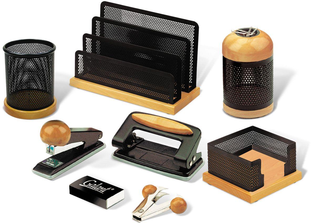 Galant Набор письменных принадлежностей Wood&Metal цвет светлое дерево 8 предметовFS-00102Предметы изготовлены из светлого дерева и черного металла. Упакован в оригинальную подарочную коробку из прозрачного пластика. 8 предметов:•Стакан для карандашей и ручек. •Магнитный диспенсер для скрепок. •Подставка для бумажного блока, размер подставки - 10,4x9,8x5,6 см. •Подставка для писем и бумаг. •Дырокол. •Степлер. •Скобы для степлера. •Антистеплер.