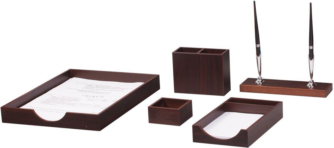 Bestar Набор письменных принадлежностей цвет орех 5 предметовFS-36054Предметы набора изготовлены из дерева, цвет - орех. В набор входят:•Подставка для ручек (2 шариковые ручки в комплекте). •Подставка для бумажного блока. •Лоток для бумаг. •Стакан для карандашей. •Скрепочница.