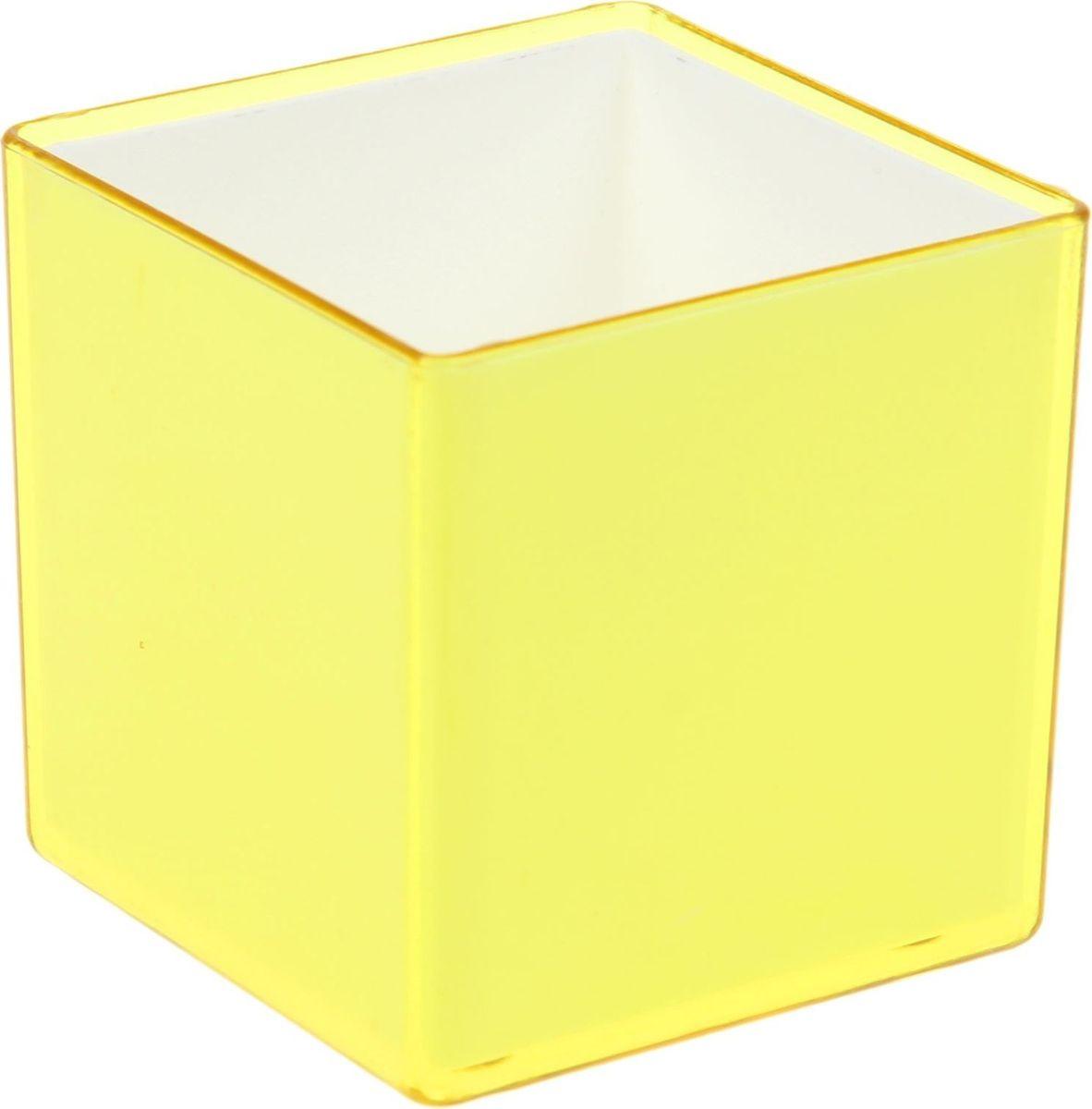 Кашпо JetPlast Мини куб, цвет: желтый, 0,16 л1366452Традиционно горшки для цветов имели круглую форму, но сейчас набирают популярность квадратные и прямоугольные кашпо. Стильные и современные, они отлично впишутся в любой интерьер. Особенно эффектно такие изделия будут смотреться там, где преобладают чёткие линии и простые формы. Кашпо «Мини-куб» — это миниатюрные горшки, которые дополнят интерьер и внесут в него изюминку. Объём в 160 мл рассчитан под рассаду карликовых растений. Вы сможете поставить вазу на рабочий стол, полку или же подоконник. Модель «Мини-куб» имеет ряд особенностей: -вставка, которая позволяет ухаживать за горшком без повреждения покрытия-малый вес и компактность-при производстве используется только безопасный пластик.