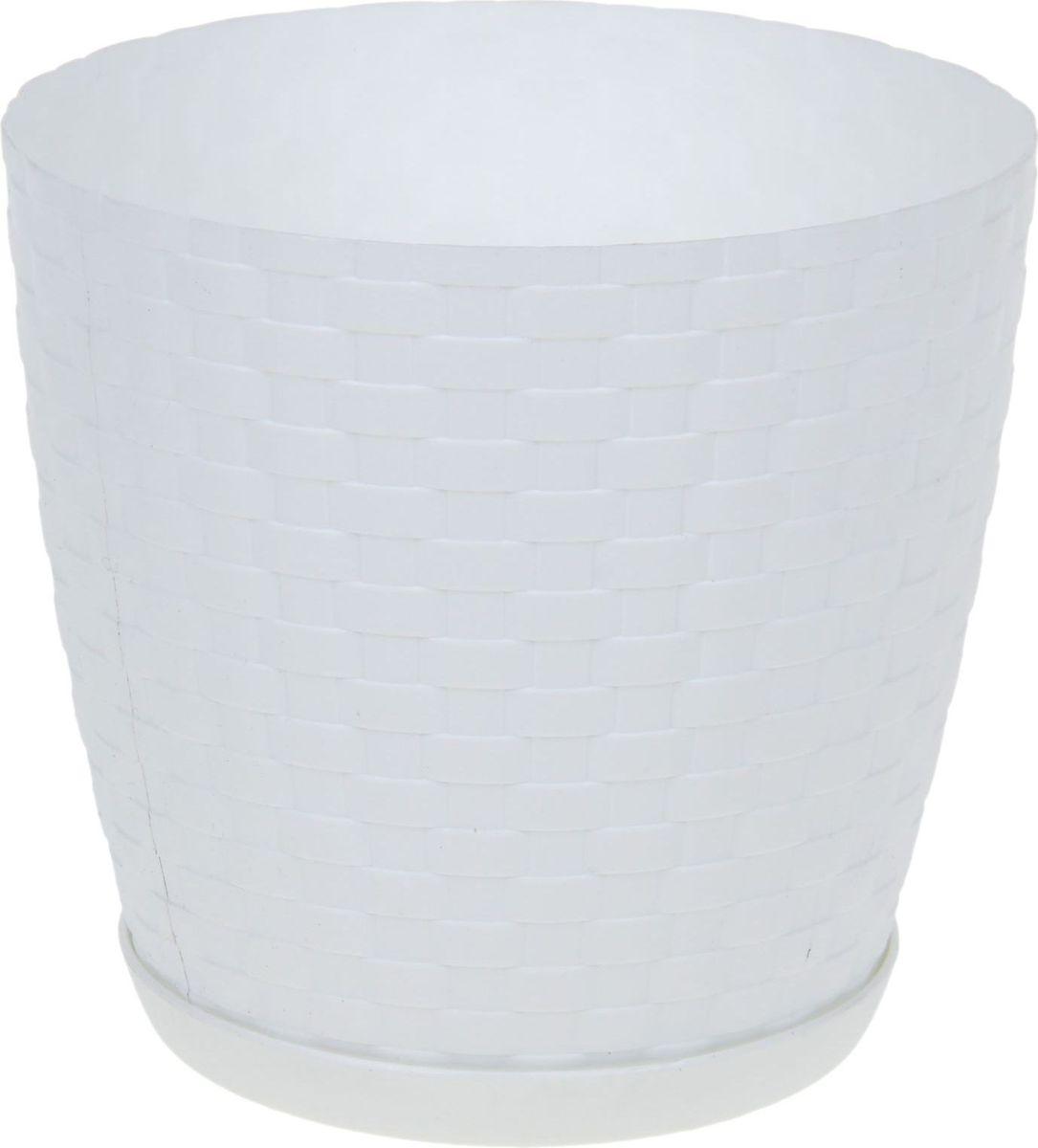Горшок для цветов Петропласт Ротанг, с поддоном, цвет: белый, 1,2 л1306726Горшок для цветов Петропласт Ротанг обладает малым весом и высокой прочностью. С лёгкостью переносите горшки и кашпо с места на место, ставьте их на столики или полки, подвешивайте под потолок, не беспокоясь о нагрузке. Пластиковые изделия не нуждаются в специальных условиях хранения. Их легко чистить - достаточно просто сполоснуть тёплой водой. Пластиковые кашпо не царапают и не загрязняют поверхности, на которых стоят. Пластик дольше хранит влагу, а значит растение реже нуждается в поливе.Пластмасса не пропускает воздух, а значит, корневой системе растения не грозят резкие перепады температур. Соблюдая нехитрые правила ухода, вы можете заметно продлить срок службы горшков, вазонов и кашпо из пластика:- всегда учитывайте размер кроны и корневой системы растения (при разрастании большое растение способно повредить маленький горшок). - берегите изделие от воздействия прямых солнечных лучей, чтобы кашпо и горшки не выцветали. - держите кашпо и горшки из пластика подальше от нагревающихся поверхностей. Любой, даже самый современный и продуманный интерьер будет не завершённым без растений. Они не только очищают воздух и насыщают его кислородом, но и заметно украшают окружающее пространство. Такому полезному члену семьи просто необходимо красивое и функциональное кашпо, оригинальный горшок или необычная ваза!