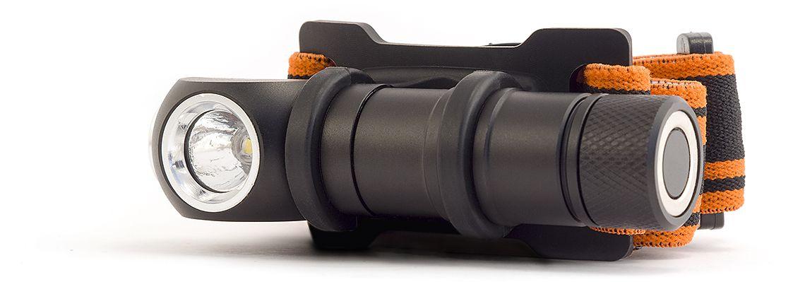 Фонарь налобный Яркий луч ENOT4606400105572Налобный фонарь Яркий Луч ENOT LH-140. Особенности: - Современный светодиод XP-G2. - Нейтральный свет, приближенный к солнечному.- Максимальный световой поток 140 люмен. - Питание от одной батарейки АА (R6) (входит в комплект). - Два режима работы: 30% и 100%. - Встроенный магнит в крышке батарейного отсека. - Резиновый ремешок и держатель входят в комплект. Новый налобный фонарь Яркий Луч LH-140 «ENOT». Мощный светодиод CREE XP-G2 обеспечит световым потоком в 140 люмен. Фонарь спроектирован таким образом, что его можно использовать в качестве EDC, то есть фонарь «на каждый день». В комплект входит резиновый ремешок и держатель. Фонарь работает от одной батарейки типоразмера АА (R6). Корпус анодирован.В крышку батарейного отсека встроен магнит для закрепления фонаря на металлической поверхности. Габаритные размеры фонаря: 25 х 89 мм. Два режима работы: 30% и 100%, время работы в режиме 100% составит 1,5 часа. Большая кнопка включения позволит переключать режимы фонаря даже в перчатках.