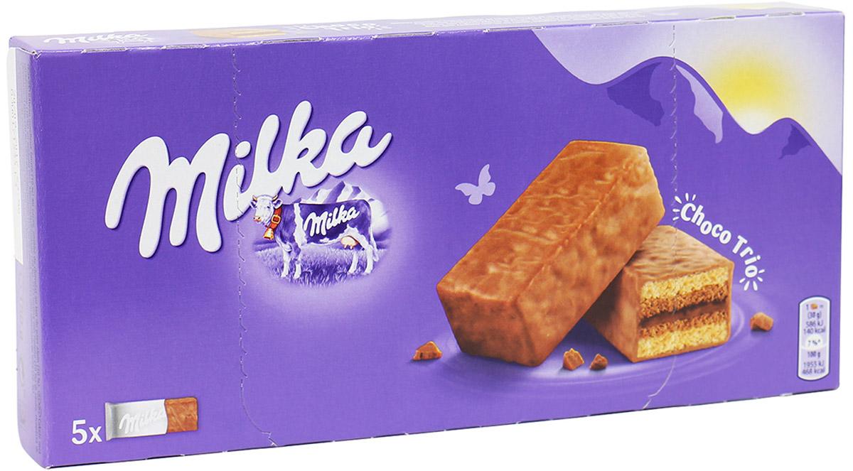 Milka Choco Trio бисквитное пирожное с шоколадной начинкой, 150 г4640000272265Milka Choco Trio - бисквитное пирожное со вкусом тройного шоколада. Предлагаем вам попробовать новый вкус от компании Милка. Это умопомрачительное мягкое пирожное, покрытое нежнейшим молочным шоколадом. Еще в 1901 году руководитель шоколадной фабрики решил создать новый молочный шоколад и упаковал в оригинальную сиреневую упаковку. Теперь и вы сможете стать обладателем сиреневой коровки и утонуть в необыкновенном вкусе нежнейшего шоколада и крема. Если вы хотите устроить вечером семейные посиделки, тогда вам нужно срочно купить это бисквитное пирожное.