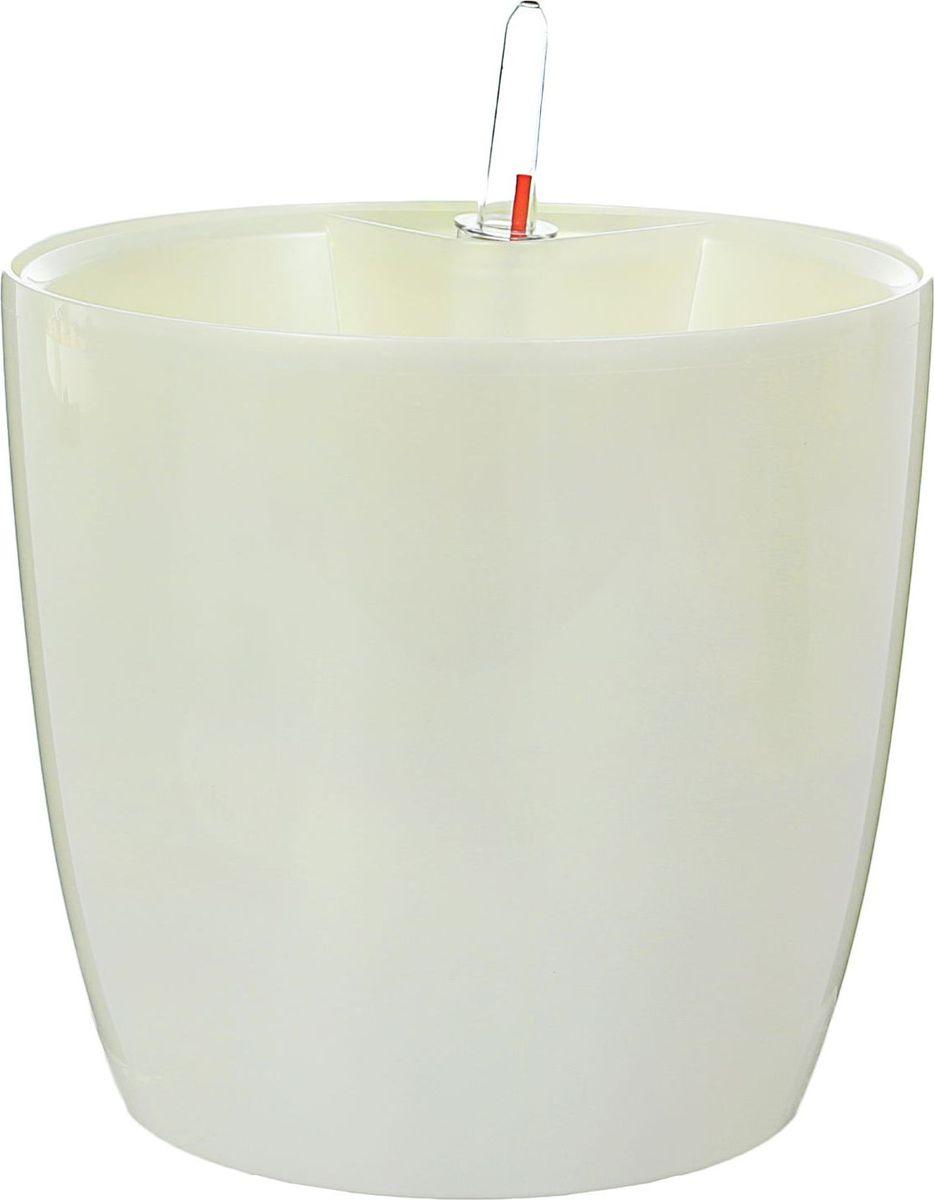 Горшок для цветов Техоснастка Комфорт, с автополивом, цвет: белый перламутр, 3,5 л531-105Забота о красивом цветке — хлопотное дело, которое требует немало времени и внимания. Помочь ухаживать за любимым растением поможет современный горшок с автополивом!В чём его польза? С этим изделием вы сможете возвращаться к необходимости полива гораздо реже. Благодаря входящим в комплект оросительным шлангам вода в почву будет поступать именно в нужном количестве. Горшок состоит из двух частей: в основной размещается почва и высаживается растение, а в нижней, оснащённой водоводом, накапливается жидкость, которая дозированно поступает в верхнюю часть.Важная деталь: растение необходимо поливать традиционным образом первые недели после пересадки в горшок с автополивом. Затем, после наполнения нижней ёмкости, полив необходимо осуществлять только при необходимости. Об этом просигнализирует мерный дозатор. В зависимости от растения система автополива гарантирует влагообеспеченность на срок до 4 недель. Таким образом, преимущества горшка с автополивом очевидны:решает проблему пересыхания почвы и избытка влагисокращает время, затрачиваемое на уход за растениемблагодаря яркому дизайну освежает интерьер.Пусть дома царит красота!