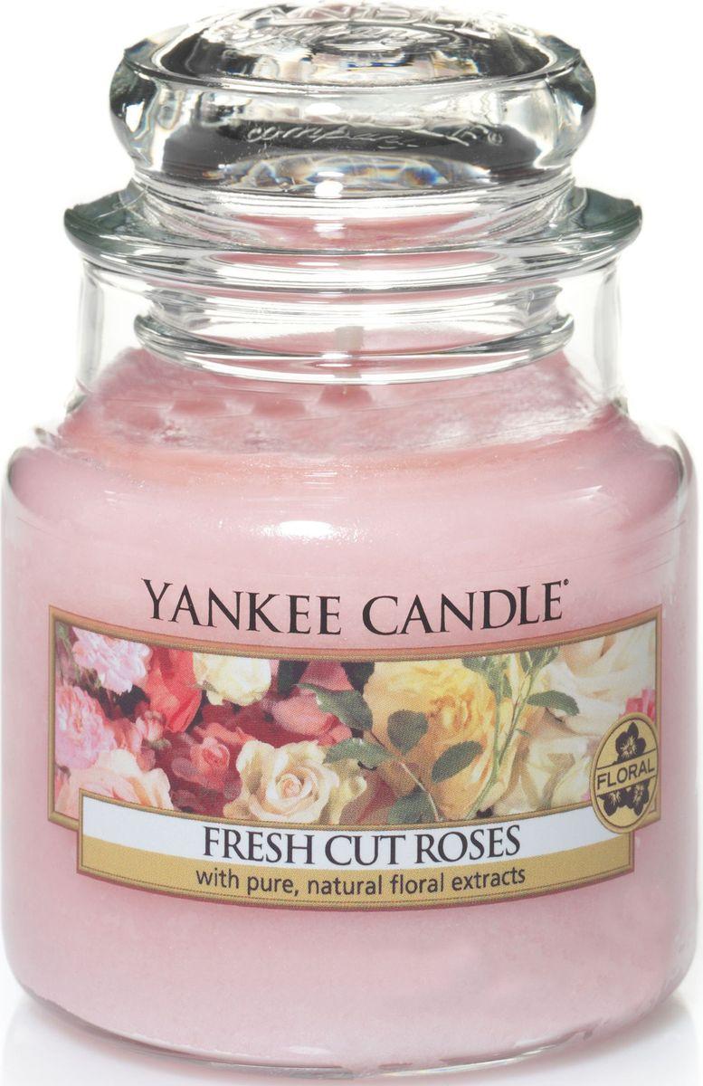 Ароматическая свеча Yankee Candle Свежесрезанные розы / Fresh Cut Roses, 25-45 ч25051 7_зеленыйСвеча в стеклянной банке c ароматом настоящих свежих роз.Верхние ноты: Фруктово - яблочные, Зеленых листьев, ЦитрусовыхСредние ноты: Красная Роза, ГераньБазовые ноты: Мускус