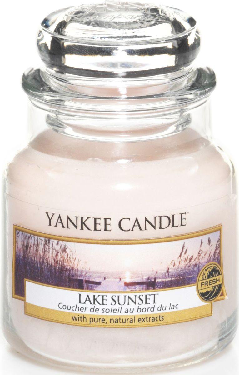 Ароматическая свеча Yankee Candle Закат на озере / Lake Sunset, 25-45 чRG-D31SПотрясающе свежий и одновременно сладковатый и романтичный аромат, напоминающий лучи солнца перед закатом и отражающим свежесть воды.Верхние ноты: Ананас, Манго, Франжипани (Плюмерия), Груша, АпельсинСредние ноты: Озон, Пудровые, Цветочный, Ландыш, ФрезияБазовые ноты: Мускус, Древесные, Восточные, Ванильные, Сливочные Ноты, Пачули.