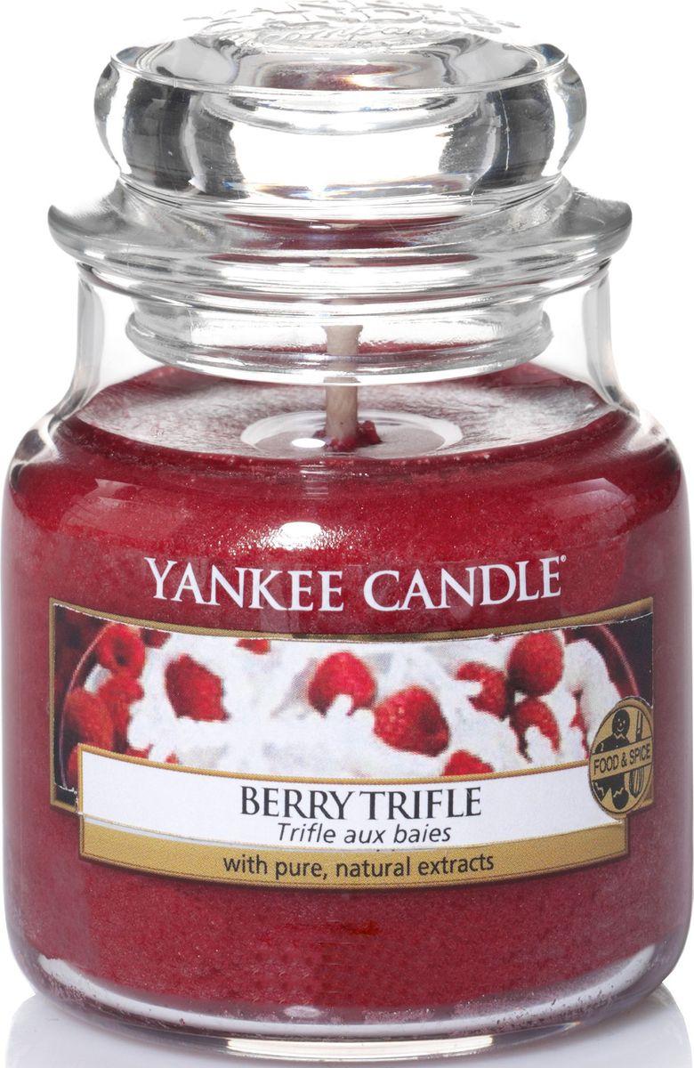 Ароматическая свеча Yankee Candle Ягодный десерт / Berry Trifle, 24-45 ч1342527EАроматическая свеча Yankee Candle не только окутает вас волшебным ароматом, но еще и прекрасно впишется в интерьер. Использовать изделие можно как в доме, так и на веранде или в саду. Свеча в стеклянной банке с крышкой выполнена из высокоочищенного парафина с добавлением натуральных эфирных масел. Стекло делает горение свечи безопасным.Описание ароматической композиции: аромат ягодного десерта с базовыми нотками малины, вишни и клубники со сливками.Верхняя нота: Малина, Лимон.Средняя нота: Клубника, Черника.Базовая нота: Ваниль, Сливки, Сахар.