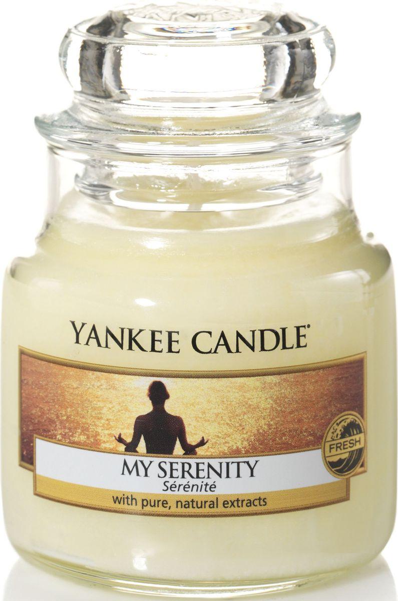 Ароматическая свеча Yankee Candle Мое спокойствие / My Serenity, 25-45 ч1507700EАроматическая свеча Yankee Candle не только окутает вас волшебным ароматом, но еще и прекрасно впишется в интерьер. Использовать изделие можно как в доме, так и на веранде или в саду. Свеча в стеклянной банке с крышкой выполнена из высокоочищенного парафина с добавлением натуральных эфирных масел. Стекло делает горение свечи безопасным.Описание ароматической композиции: свежий и потрясающе мягкий аромат теплых груш и апельсина, смешанных с тропическими цветами и мягкого мускуса.Верхняя нота: Мандарин, Груша, Золотой ананас.Средняя нота: Гибискус, Плюмерия. Базовая нота: Белый мускус.