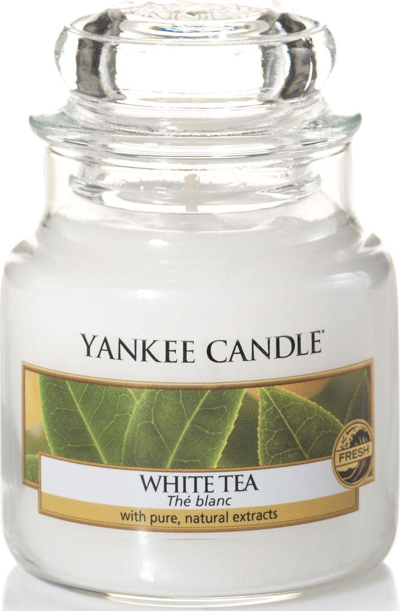 Ароматическая свеча Yankee Candle Белый чай / WhiteTea, 25-45 ч1507736EАроматическая свеча Yankee Candle не только окутает вас волшебным ароматом, но еще и прекрасно впишется в интерьер. Использовать изделие можно как в доме, так и на веранде или в саду. Свеча в стеклянной банке с крышкой выполнена из высокоочищенного парафина с добавлением натуральных эфирных масел. Стекло делает горение свечи безопасным.Описание ароматической композиции: ароматическая свеча с насыщенным и расслабляющим ароматом белого чая и легкими вкраплениями лимона.Верхняя нота: Лимон.Средняя нота: Белый Чай.Базовая нота: Пачули.