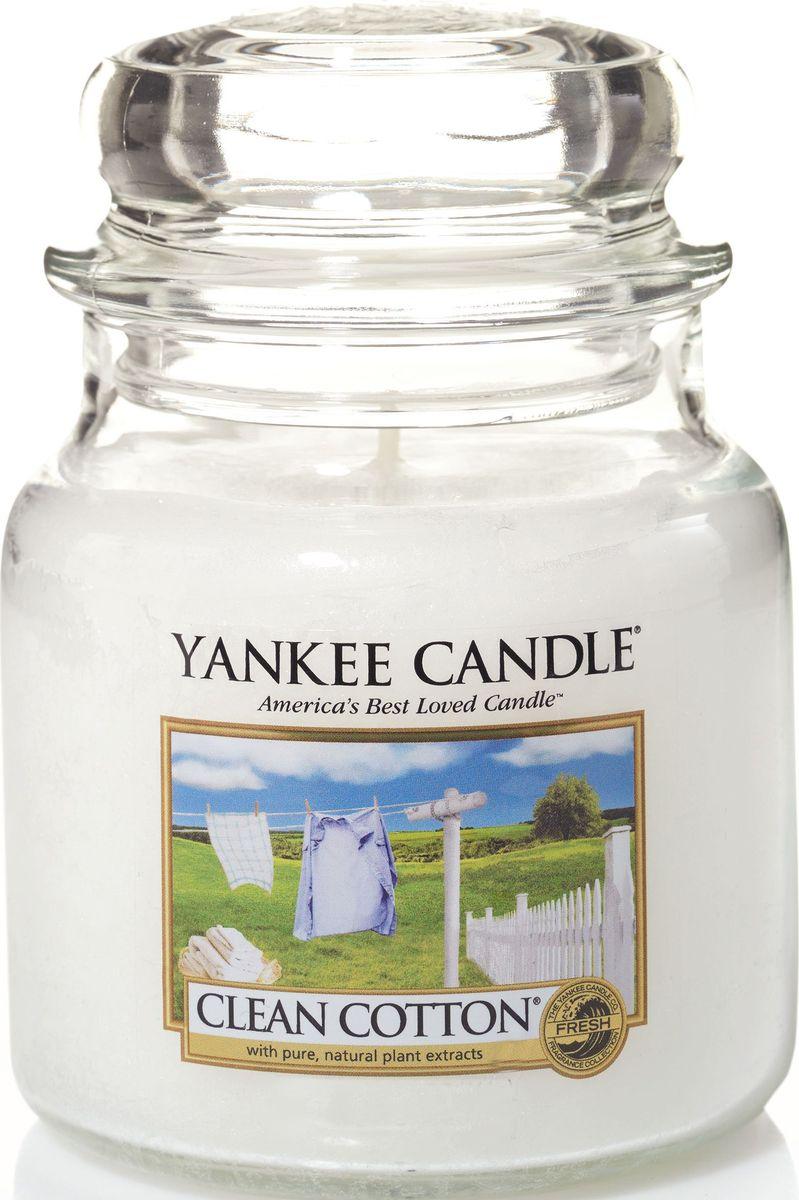 Ароматическая свеча Yankee Candle Чистый хлопок / Clean Cotton, 65-90 ч1010729ЕАроматическая свеча Yankee Candle не только окутает вас волшебным ароматом, но еще и прекрасно впишется в интерьер. Использовать изделие можно как в доме, так и на веранде или в саду. Свеча в стеклянной банке с крышкой выполнена из высокоочищенного парафина с добавлением натуральных эфирных масел. Стекло делает горение свечи безопасным.Описание ароматической композиции: аромат высушенного на свежем воздухе хлопка, с легкими оттенками белых цветов и лимона.Верхняя нота: Озон, Зеленая листва, Бергамот. Средняя нота: Ландыш, Роза.Базовая нота: Ветивер, Кедр, Мускус, Древесные.