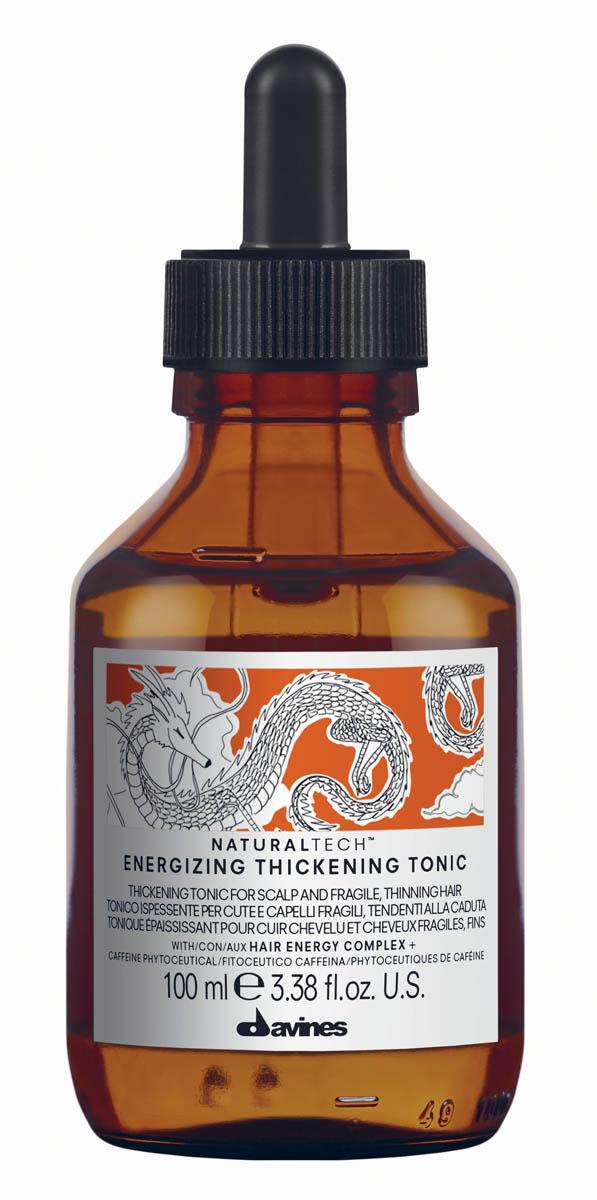 Davines Energizing Thickening Tonic Энергетический утолщающий тоник, 100 млFS-36054Лосьон Давинес предназначен для ухода за ослабленной кожей головы и хрупкими волосами, склонными к выпадению. Стимулирует микроциркуляцию кожи головы. Служит для профилактики сезонного выпадения волос, замедляет процесс облысения за счет мощной стимуляции метаболизма. Содержит фитоактив кофеина. Его действие усилено присутствием сиртуинов и бета-глюкана. Кофеин стимулирует клеточный метаболизм кожи головы, а сиртуины, часто называемые белками долголетия, являются мощными антиоксидантами и обладают омолаживающим действием, стимулируя и укрепляя кожу головы. Благодаря содержанию эфирных масел корицы, имбиря и черного перца, Лосьон Davines оказывает бодрящее действие. Имеет легкий стайлинговый эффект, слегка фиксируя волосы. РН 5,5 Способ применения:Нанесите на кожу головы и массируйте до полного впитывания. Не смывайте.Объем: 100 мл