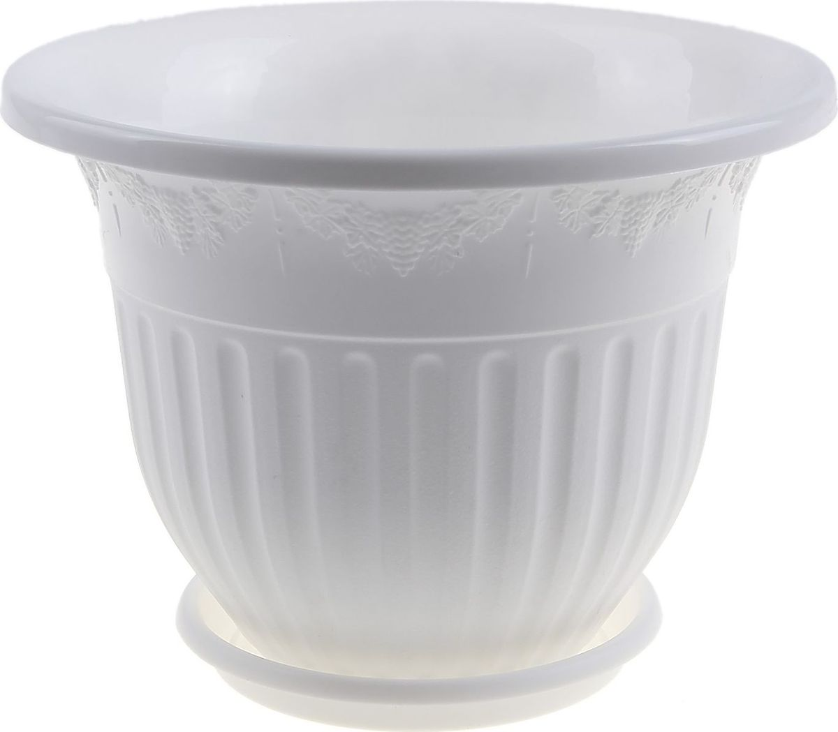 Кашпо Альтернатива Лозанна, с поддоном, цвет: белый, 17 л531-105Любой, даже самый современный и продуманный интерьер будет не завершённым без растений. Они не только очищают воздух и насыщают его кислородом, но и заметно украшают окружающее пространство. Такому полезному члену семьи просто необходимо красивое и функциональное кашпо, оригинальный горшок или необычная ваза! Мы предлагаем - Горшок-кашпо 17 л Лозанна, поддон, цвет белый! Оптимальный выбор материала пластмасса! Почему мы так считаем? Малый вес. С лёгкостью переносите горшки и кашпо с места на место, ставьте их на столики или полки, подвешивайте под потолок, не беспокоясь о нагрузке. Простота ухода. Пластиковые изделия не нуждаются в специальных условиях хранения. Их легко чистить достаточно просто сполоснуть тёплой водой. Никаких царапин. Пластиковые кашпо не царапают и не загрязняют поверхности, на которых стоят. Пластик дольше хранит влагу, а значит растение реже нуждается в поливе. Пластмасса не пропускает воздух корневой системе растения не грозят резкие перепады температур. Огромный выбор форм, декора и расцветок вы без труда подберёте что-то, что идеально впишется в уже существующий интерьер. Соблюдая нехитрые правила ухода, вы можете заметно продлить срок службы горшков, вазонов и кашпо из пластика: всегда учитывайте размер кроны и корневой системы растения (при разрастании большое растение способно повредить маленький горшок)берегите изделие от воздействия прямых солнечных лучей, чтобы кашпо и горшки не выцветалидержите кашпо и горшки из пластика подальше от нагревающихся поверхностей. Создавайте прекрасные цветочные композиции, выращивайте рассаду или необычные растения, а низкие цены позволят вам не ограничивать себя в выборе.