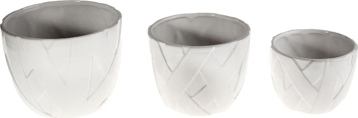 Набор кашпо Кристалл, 3 предмета531-105Размеры: 13 х 10 см, 15 х 13 см, 19 х 15 см. Комнатные растения — всеобщие любимцы. Они радуют глаз, насыщают помещение кислородом и украшают пространство. Каждому из растений необходим свой удобный и красивый дом.Кашпо из керамики прекрасно подходят для высадки растений:за счёт пластичности глины и разных способов обработки существует великое множество форм и дизайновпористый материал позволяет испаряться лишней влагевоздух, необходимый для дыхания корней, проникает сквозь керамические стенки.Набор кашпо 3 шт. Кристалл позаботится о зелёном питомце, освежит интерьер и подчеркнёт его стиль. Добавьте помещению уют.