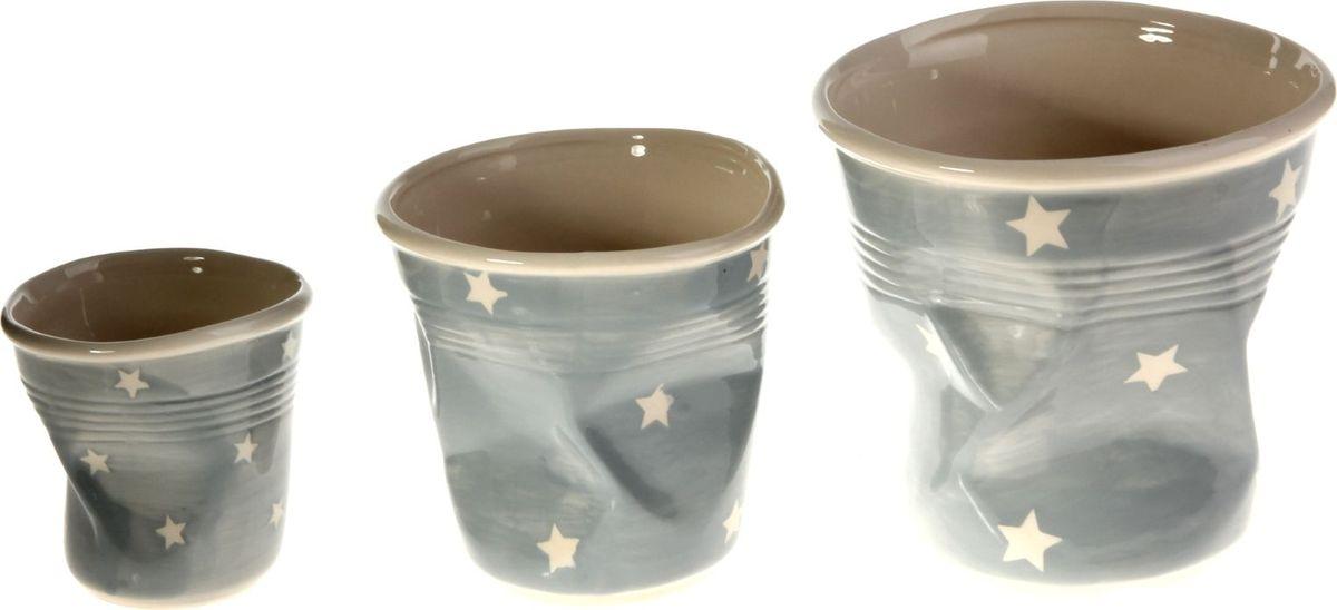 Набор кашпо Стакан, цвет: серый, 3 предмета531-105Размеры: 10 х 10 см, 13 х 13 см, 16 х 16 см. Комнатные растения — всеобщие любимцы. Они радуют глаз, насыщают помещение кислородом и украшают пространство. Каждому из растений необходим свой удобный и красивый дом.Кашпо из керамики прекрасно подходят для высадки растений:за счёт пластичности глины и разных способов обработки существует великое множество форм и дизайновпористый материал позволяет испаряться лишней влагевоздух, необходимый для дыхания корней, проникает сквозь керамические стенки.Набор кашпо 3 шт. Стакан серое позаботится о зелёном питомце, освежит интерьер и подчеркнёт его стиль. Добавьте помещению уют.