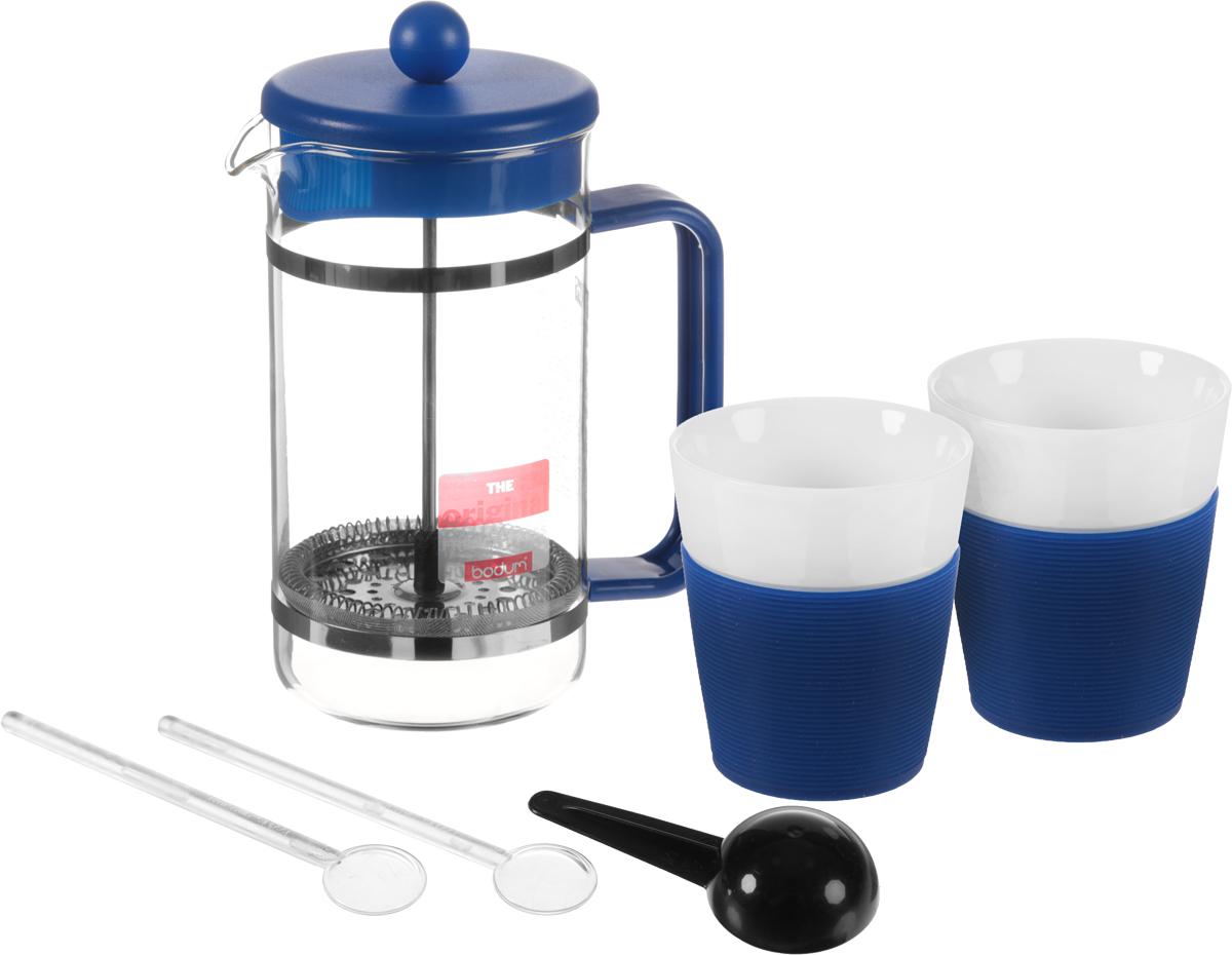 Набор кофейный Bodum Bistro, цвет: синий, белый, прозрачный, 6 предметов. AK1508-XY-Y15VT-1520(SR)Кофейный набор Bodum Bistro состоит из чайника френч-пресса, 2 стаканов, 2 ложек и мерной ложки. Френч-пресс выполнен из высококачественного жаропрочного стекла, нержавеющей стали и пластика. Френч-пресс - это заварочный чайник, который поможет быстро приготовить вкусный и ароматный чай или кофе. Металлический нержавеющий фильтр задерживает чайные листочки и частички зерен кофе. Засыпая чайную заварку или кофе под фильтр, заливая горячей водой, вы получаете ароматный напиток с оптимальной крепостью и насыщенностью. Остановить процесс заваривания легко, для этого нужно просто опустить поршень, и все уйдет вниз, оставляя сверху напиток, готовый к употреблению. Элегантные стаканы выполнены из высококачественного фарфора и оснащены резиновой вставкой, защищающей ваши руки от высоких температур. Ложки изготовлены из пластика. Яркий и стильный набор украсит стол к чаепитию и станет чудесным подарком к любому случаю. Изделия можно мыть в посудомоечной машине.Объем френч-пресса: 1 л. Диаметр френч-пресса (по верхнему краю): 10 см. Высота френч-пресса: 21,5 см. Объем стакана: 300 мл. Диаметр стакана по верхнему краю: 8,5 см. Высота стакана: 10 см. Длина мерной ложки: 10 см.Длина ложек: 14 см.