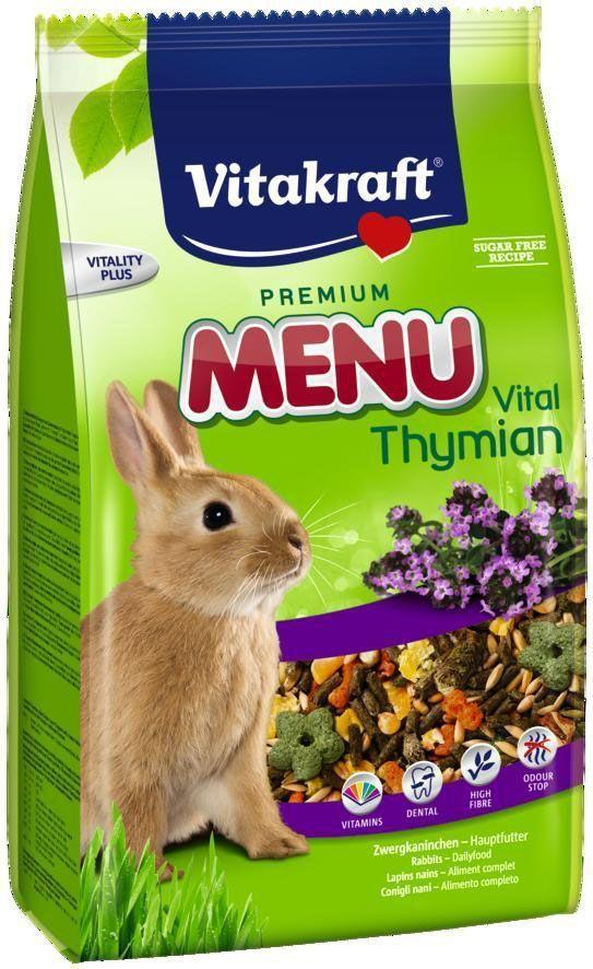Корм для кроликов Vitakraft Menu Thymian, 1 кг0120710Основной корм для кроликов с тимьяном. Обеспечивает необходимыми питательными веществами, витаминами и минералами. Сырая клетчатка обеспечивает здоровое пищеварение и способствует стачиванию зубов, увеличивая время жевания. Содержит компоненты, уменьшающие неприятный запах.