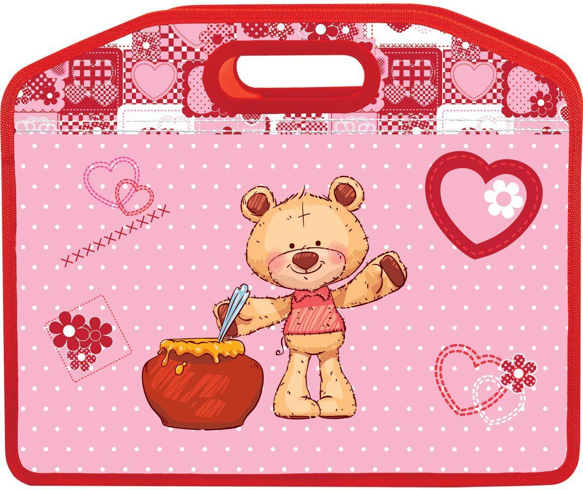 Brauberg Сумка-папка МишкаAC-1121RDСумка пластиковая предназначена для девочек 7-10 лет. Дизайн выполнен в нежных розовых тонах и дополнен точечной текстурой. Изображение милого плюшевого медвежонка не оставит ни одну девочку равнодушной.•1 отделение. •Застегивается на молнию. •Тканевые ручки. •Материал - полипропилен. •Толщина материала - 50 микрон. •Размер: 33х26 см.