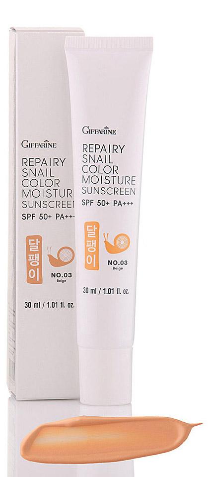 Giffarine Восстанавливающий, увлажняющий и выравнивающий тон кожи крем с секрецией улитки SPF 50+++ оттенок № 03 Beige10113Крем для лица защищает от ультрафиолетовых лучей спектра A(UVA-лучи) и от ультрафиолетовых лучей спектра B (UVB-лучи) с фактором защиты SPF 50 +++, защищает от 99,5% УФ, при этом увлажняет и матирует кожу лица. Мягкая гладкая, легко абсорбируемая и нежирная текстура мгновенно восстанавливает гладкость и яркость кожи. Крем обогащен фильтратом улитки, витамином Е и витаминов В3, которые увлажняют кожу, придают ей гладкость, упругость, сияние и красоту. Дрожжевой экстракт (бета-глюкан) обеспечивает защиту кожи от загрязнений и ультрафиолета, устраняет сухость и способствует выработке коллагена. Имеет легкий эффект лифтинга и разглаживания, делает кожу более эластичной и гладкой, придавая ей сияние и молодость. Крем выравнивает тон кожи и скрывает небольшие дефекты. UVB-лучи (ультрафиолетовые лучи спектра B)- Воздействуют на поверхность кожи, проникают в её верхний слой (эпидермис), но не достигают глубоких слоев (дермы). Именно эти лучи в небольших дозах вызывают загар, а в больших — солнечный ожог, участвуют в фотостарении, могут вызывать рак кожи и повреждения глаз. UVA-лучи (ультрафиолетовые лучи спектра A)- не поглощаются озоновым слоем и достигают поверхности Земли. Одинаково активны в течение всего года, в любое время дня. Могут проникать через стекло и легкую одежду. Количество UVA-лучей во много раз превышает количество UVB-лучей. Это самые коварные лучи. Они проникают вэпидермис и глубоко в дерму, повреждая ДНК клеток. Меняют их структуру, увеличивают уровень генетических мутаций и могут вызывать рак кожи. UVA-лучи ответственны за гиперпигментацию, неровный тон кожи, сухость и веснушки. С гораздо меньшей вероятностью чем UVB, но они также могут вызвать загар и солнечный ожог. Активно участвуют в фотостарении. Продолжительное воздействие большого количества UVA-лучей вызывает повреждения коллагеновых и эластиновых волокон. Это приводит к мо