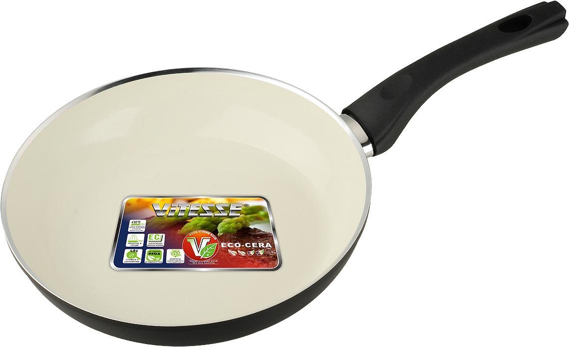 Сковорода Vitesse Black-and-White, с керамическим покрытием, цвет: черный, белый. Диаметр 24 см68/5/4Сковорода Vitesse Black-and-White изготовлена из высококачественного алюминия с внутренним керамическим покрытием премиум-класса Eco-Cera. Благодаря керамическому покрытию пища не пригорает и не прилипает к поверхности сковороды, что позволяет готовить с минимальным количеством масла. Кроме того, такое покрытие абсолютно безопасно для здоровья человека, так как не содержит вредной примеси PFOA. Покрытие стойко к высоким температурам (до 450°С), устойчиво к царапинам.С внешней стороны сковорода имеет элегантное матовое термостойкое покрытие черного цвета. Дно сковороды снабжено антидеформационным индукционным диском. Сковорода быстро разогревается, распределяя тепло по всей поверхности, что позволяет готовить в энергосберегающем режиме, значительно сокращая время, проведенное у плиты.Сковорода оснащена прочной ненагревающейся бакелитовой ручкой с покрытием Soft-Touch. Сковорода пригодна для использования на всех типах плит, включая индукционные. Подходит для чистки в посудомоечной машине.Диаметр сковороды: 24 см.Высота стенки сковороды: 5 см.Длина ручки: 18,5 см.