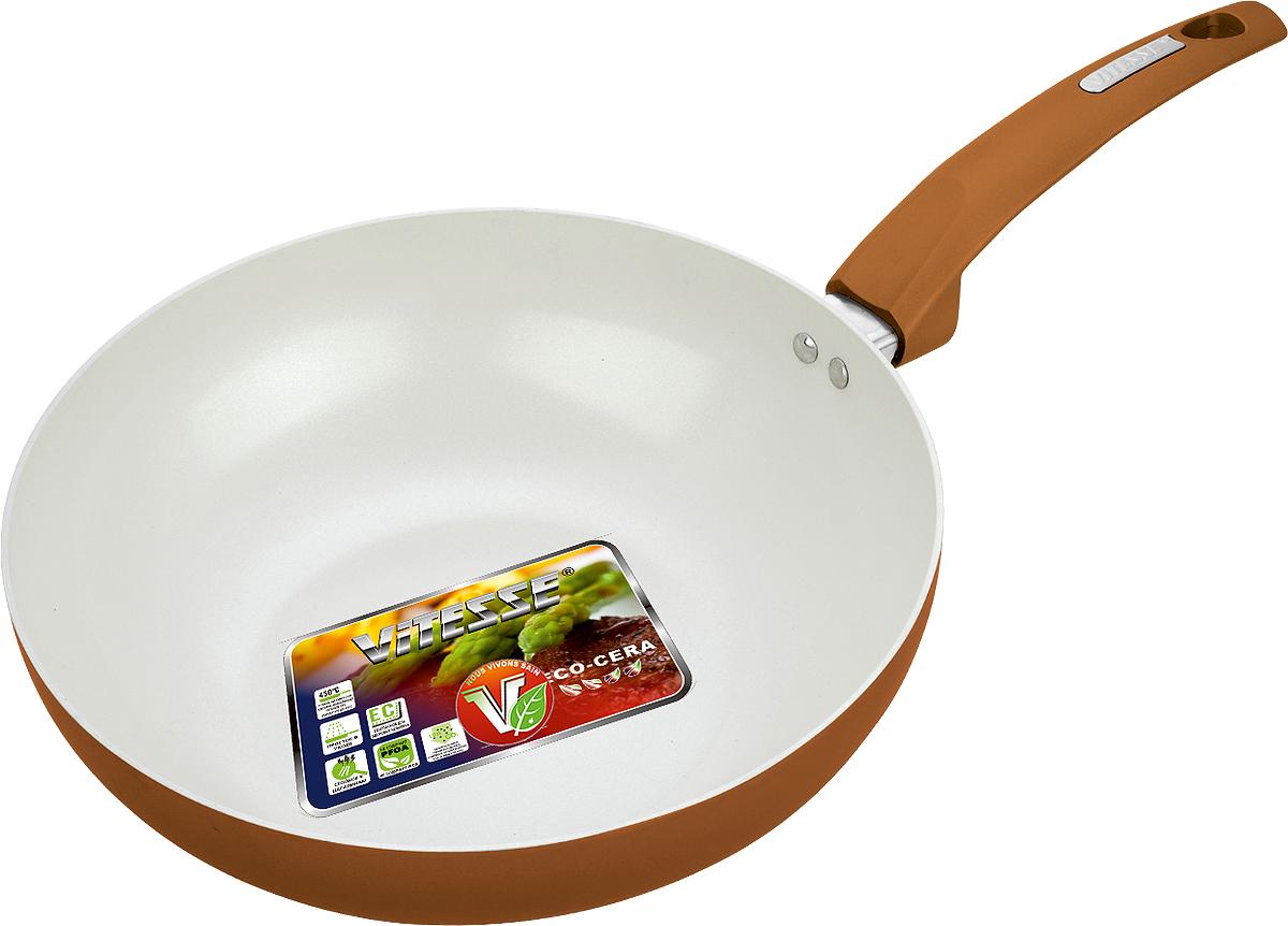 Сковорода-вок Vitesse, с керамическим покрытием, цвет: коричневый. Диаметр 28 см. VS-7414КМ22-СРСковорода-вок Vitesse изготовлена из высококачественного алюминия. Наружное цветное термостойкое покрытие обеспечивает легкую чистку. Внутреннее керамическое покрытие Eco-Cera белого цвета абсолютно безопасно для здоровья человека и окружающей среды, так как не содержит вредной примеси PFOA и имеет низкое содержание CO в выбросах при производстве. Керамическое покрытие обладает высокой прочностью, что позволяет готовить при температуре до 450°С и использовать металлические лопатки. Кроме того, с таким покрытием пища не пригорает и не прилипает к стенкам. Готовить можно с минимальным количеством подсолнечного масла. Сковорода оснащена бакелитовой высокопрочной ненагревающейся ручкой удобной формы. Можно использовать на газовых, электрических, стеклокерамических, галогенных, чугунных конфорках. Можно мыть в посудомоечной машине.Изделие можно мыть в посудомоечной машине.Диаметр по верхнему краю: 28 см.Высота стенки: 8 см. Объем: 3 л. Толщина стенок: 2,5 мм.