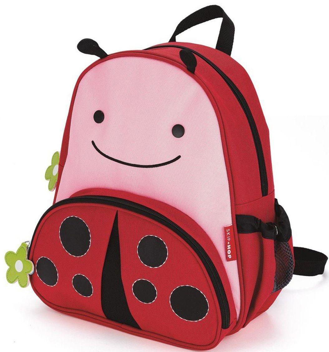 Skip Hop Рюкзак дошкольный Божья коровкаSH 210210Дошкольный рюкзак Skip Hop каждый день будет радовать вашего малыша, вызывать улыбки у прохожих и зависть у сверстников. С ним можно ходить в детский сад, на прогулку, в гости к бабушке или ездить на экскурсии.Рюкзак имеет одно основное отделение на застежке-молнии, в которое легко поместятся книжка, альбом для рисования, краски, фломастеры, любимая игрушка и контейнер с едой, а кармашек сбоку предназначен специально для бутылочки с водой. Передний карман на молнии предназначен для мелких вещей.Рюкзак оснащен ручкой для переноски в руках и лямками регулируемой длины.
