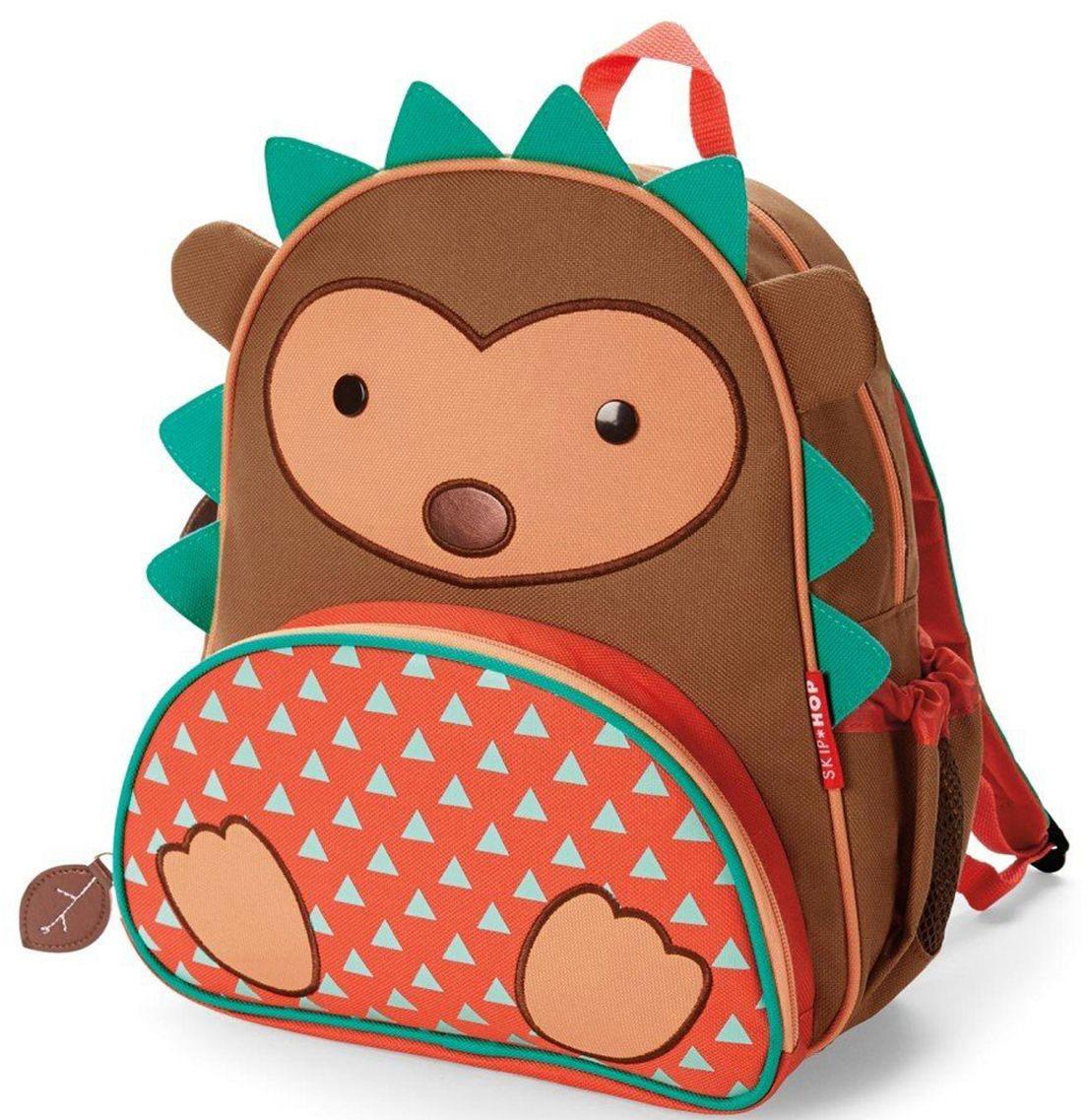 SkipHop Рюкзак дошкольный Ежик72523WDРюкзачок Skip Hop Zoo Pack каждый день будет радовать вашего малыша, вызывать улыбки у прохожих и зависть у сверстников. С ним можно ходить в детский сад, спортивные секции, на прогулку, в гости к бабушке или ездить на экскурсии. В основной отсек легко поместится книжка, альбом для рисования, краски, фломастеры, любимая игрушка и контейнер с едой, а специальный кармашек сбоку предназначен специально для бутылочки с водой. Передний кармашек на молнии предназначен для мелких вещичек. Внутренний кармашек на резиночке зафиксирует положение содержимого: не даст выпасть фломастерам или сломаться киндер-сюрпризу. Рюкзачок выполнен из прочной ткани, способной выдерживать бесконечное количество стирок в машинке. Лямки рюкзачка мягкие, регулируемые. • Размер: 11 x 25 х 29 см. • Для детей с 3 лет.