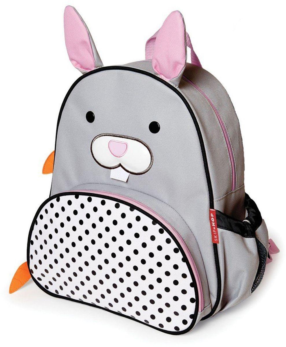 Skip Hop Рюкзак дошкольный КроликSH 210236Дошкольный рюкзак Skip Hop каждый день будет радовать вашего малыша, вызывать улыбки у прохожих и зависть у сверстников. С ним можно ходить в детский сад, на прогулку, в гости к бабушке или ездить на экскурсии.Рюкзак имеет одно основное отделение на застежке-молнии, в которое легко поместятся книжка, альбом для рисования, краски, фломастеры, любимая игрушка и контейнер с едой, а кармашек сбоку предназначен специально для бутылочки с водой. Передний карман на молнии предназначен для мелких вещей.Рюкзак оснащен ручкой для переноски в руках и лямками регулируемой длины.