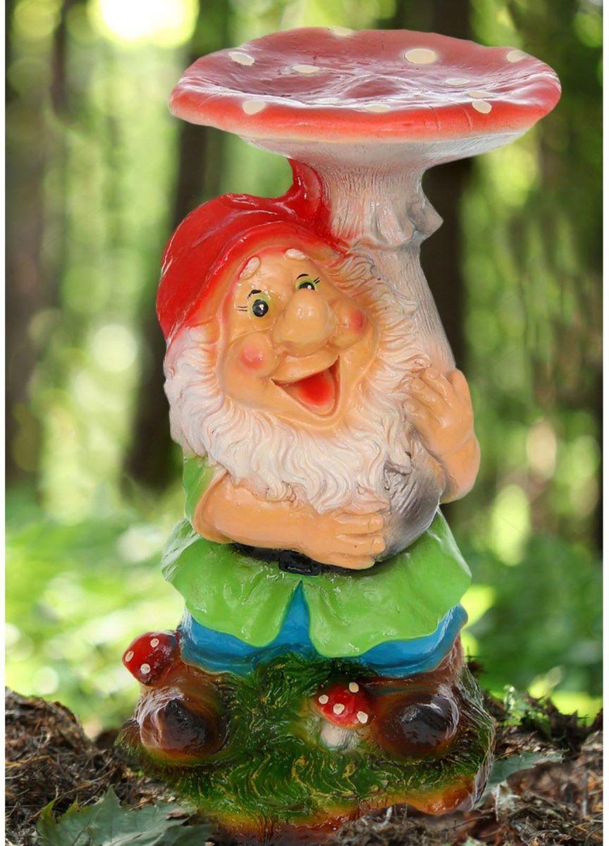 Фигура садовая Гном под грибом, цвет: красный, голубой, 25 х 28 х 53 см1168363Яркая забавная фигура оживит пространство сада или огорода.Гномов лучше располагать рядом с зеленью. Эффектно смотрится семейка или компания из нескольких фигур, особенно если подсветить такую композицию садовыми фонариками.Гномики будут охранять урожай и приносить удачу. Удивите гостей и порадуйте близких — поселите у себя в саду веселого жильца.Садовая фигура из полистоуна — оптимальное решение для уличных условий. Этот материал не выцветает на солнце, даже если находится под воздействием ультрафиолета круглый год. Искусственный камень имеет очень низкую пористость, поэтому на нем не появятся трещины. Садовая фигура Гном под грибом будет хранить красоту сада долгие годы. Размер фигуры: 25 х 28 х 53 см.