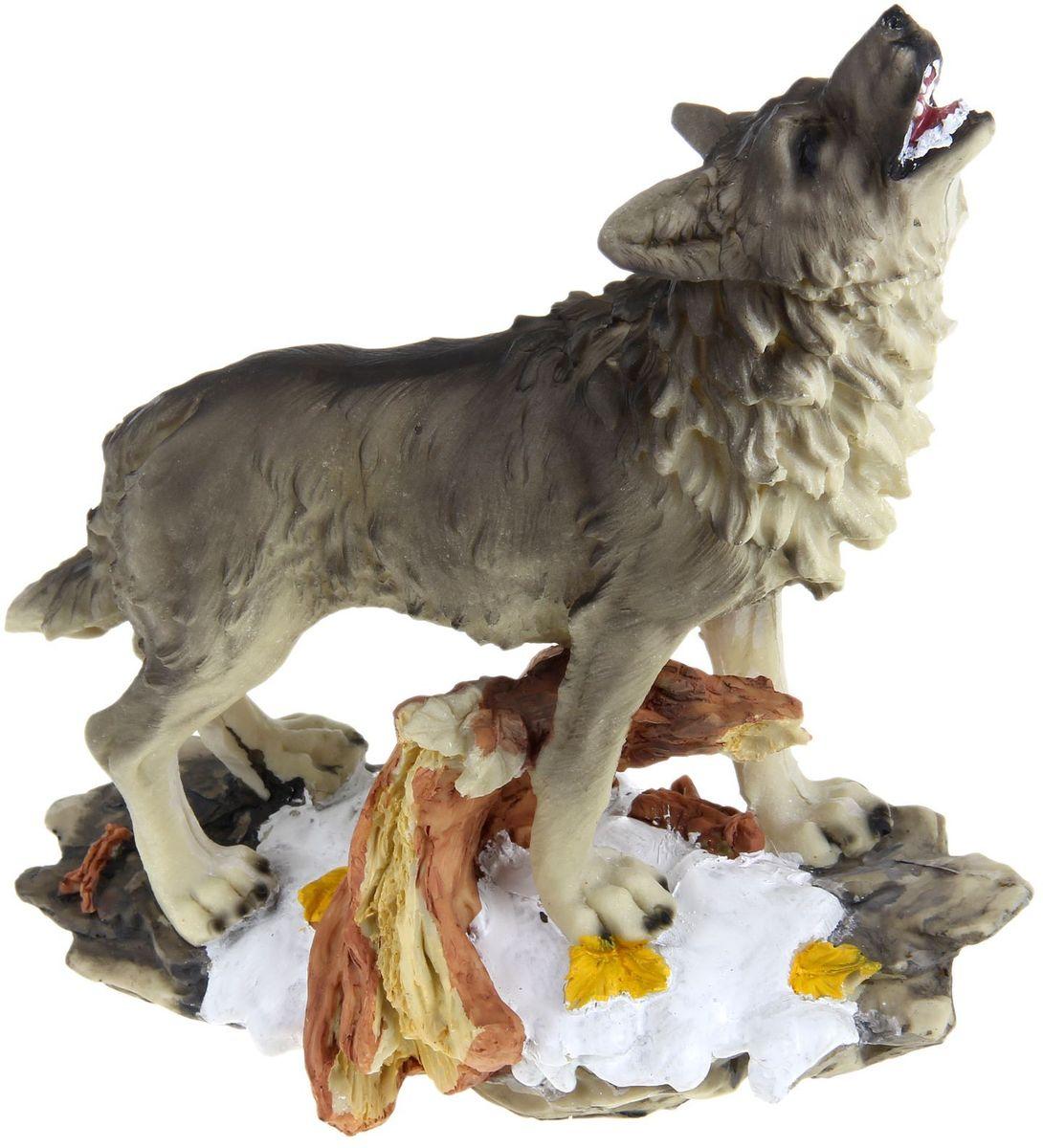 Фигура садовая Воющий волк, 24 х 11 х 28 см531-105Сад — гордость дачника. Сделайте любимый участок ещё наряднее! Украсьте его оригинальной фигуркой из долговечного материала. Она обновит привычный ландшафт и сделает его неповторимым. Фигурку можно использовать не только в качестве декора садового участка, но и в качестве сувенира для дома. Эффектно украсьте прихожую, чтобы приятно удивить гостей, или сделайте уютнее зелёный уголок, дополнив его этой скульптурой.