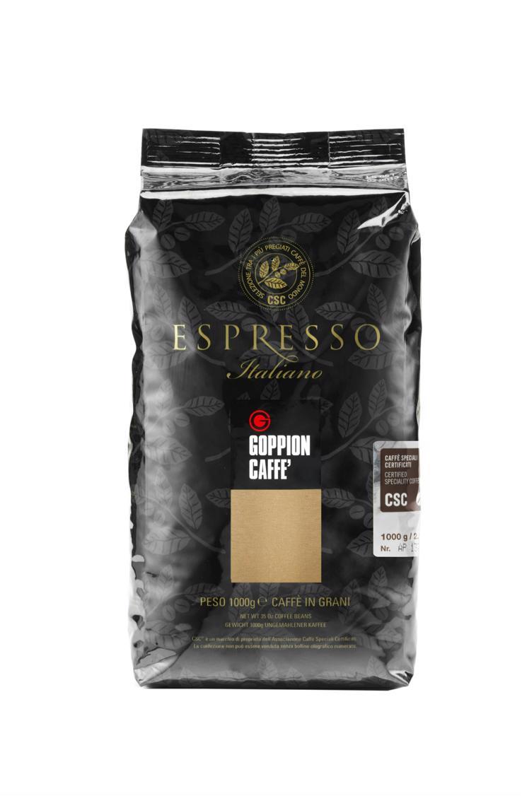 Goppion Caffe Espresso Italiano CSC кофе в зернах, 1 кг0120710Смесь отборных зерен 100 % Арабики из Бразилии и Центральной Америки, прошедших контроль качества CSC (Сертифицированный Спешиэлити Кофе), бархатистый и мягкий вкус с долгим послевкусием шоколада. Идеален для приготовления кофе эспрессо. Каждая упаковка кофе имеет номерную голографическую наклейку CSC, что идентифицирует продукт с соответствующей закупкой сырья высокого качества.