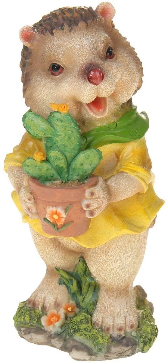 Фигура садовая Ежик с кактусом, 14 х 13 х 25 см531-105Сад — гордость дачника. Сделайте любимый участок ещё наряднее! Украсьте его оригинальной фигуркой из долговечного материала. Она обновит привычный ландшафт и сделает его неповторимым. Фигурку можно использовать не только в качестве декора садового участка, но и в качестве сувенира для дома. Эффектно украсьте прихожую, чтобы приятно удивить гостей, или сделайте уютнее зелёный уголок, дополнив его этой скульптурой.