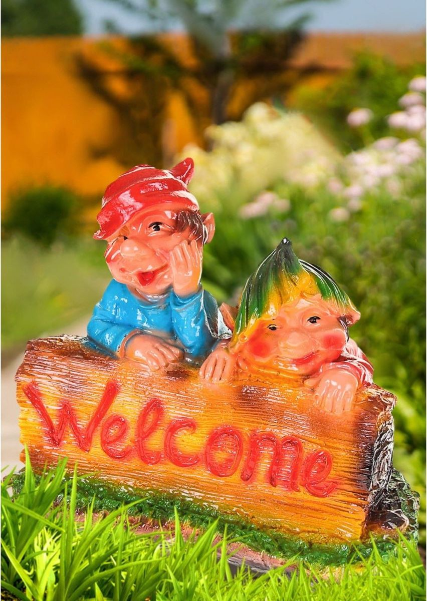 Фигура садовая Тролли на заборе с табличкой Welcome, 35 х 19 х 29 см1063596Создайте настроение в любимом саду: украсьте его оригинальным декором. Придайте саду неповторимость. Разрабатывайте собственный дизайн и расставляйте акценты. Хотите привлечь внимание к клумбе? Поставьте садовую фигуру рядом с ней. А расположенная прямо у калитки, она приятно удивит гостей. Ещё такой декор легко замаскирует неприглядные детали на участке.Фигуры из гипса отличаются лёгкостью, экологичность и долгим сроком службы. При должном уходе они будут выглядеть как новые не один сезон.