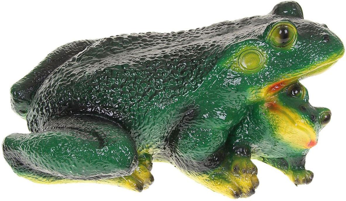 Фигура садовая Premium Gips Лягушка с лягушонком, 15 х 18,5 х 20 см1092019Забавные лягушата добавят новые краски в ландшафт сада. Красочная? Садовая фигура расставит нужные акценты: приманит взор к водоёму или привлечёт внимание к цветочной клумбе. Гармоничнее всего лягушки сморятся в местах своего природного обитания: располагайте их рядом с водой или в траве. Фигура из гипса экологичная, лёгкая и долговечная. Она сделает любимый сад неповторимым.