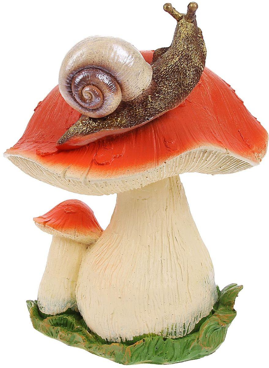 Фигура садовая Гриб с улиткой, 23 х 23 х 28 смK100Очаровательные фигурки грибов украсят сад. Расположите грибочек под деревом или в траве и приятно удивите прогуливающихся в саду гостей. Симпатичная фигурка станет прекрасным подарком заядлому садоводу. Такой декор будет гармонично смотреться в огородах и на участках с обилием зелени. Дополните пространство сада интересной деталью? Садовая фигура из полистоуна (искусственного камня) — оптимальное решение для уличных условий. Этот материал не выцветает на солнце, даже если находится под воздействием ультрафиолета круглый год. Искусственный камень имеет очень низкую пористость, поэтому на нём не появятся трещины? Садовая фигура Гриб с улиткой средняя будет хранить красоту сада долгие годы.