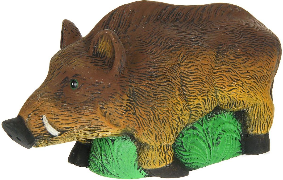 Фигура садовая Керамика ручной работы Кабан на траве, 54 х 14 х 30 см1160694Создайте настроение в любимом саду — украсьте его оригинальным декором. Очаровательные зверушки разнообразят ландшафт. Гармоничнее всего садовые фигуры будут смотреться в местах природного обитания животных: например, белочки — вблизи деревьев, а лягушки — у водоёмов. Сделайте свой сад неповторимым. Разрабатывайте собственный дизайн и расставляйте акценты. Хотите привлечь внимание к клумбе? Поставьте садовую фигуру рядом с ней. А расположенная прямо у калитки, она будет приятно удивлять гостей. Садовая фигура из керамики легко выдержит уличные условия. Этот материал экологичен, ему не страшны ни солнечные лучи, ни влажность, ни перепады температуры.