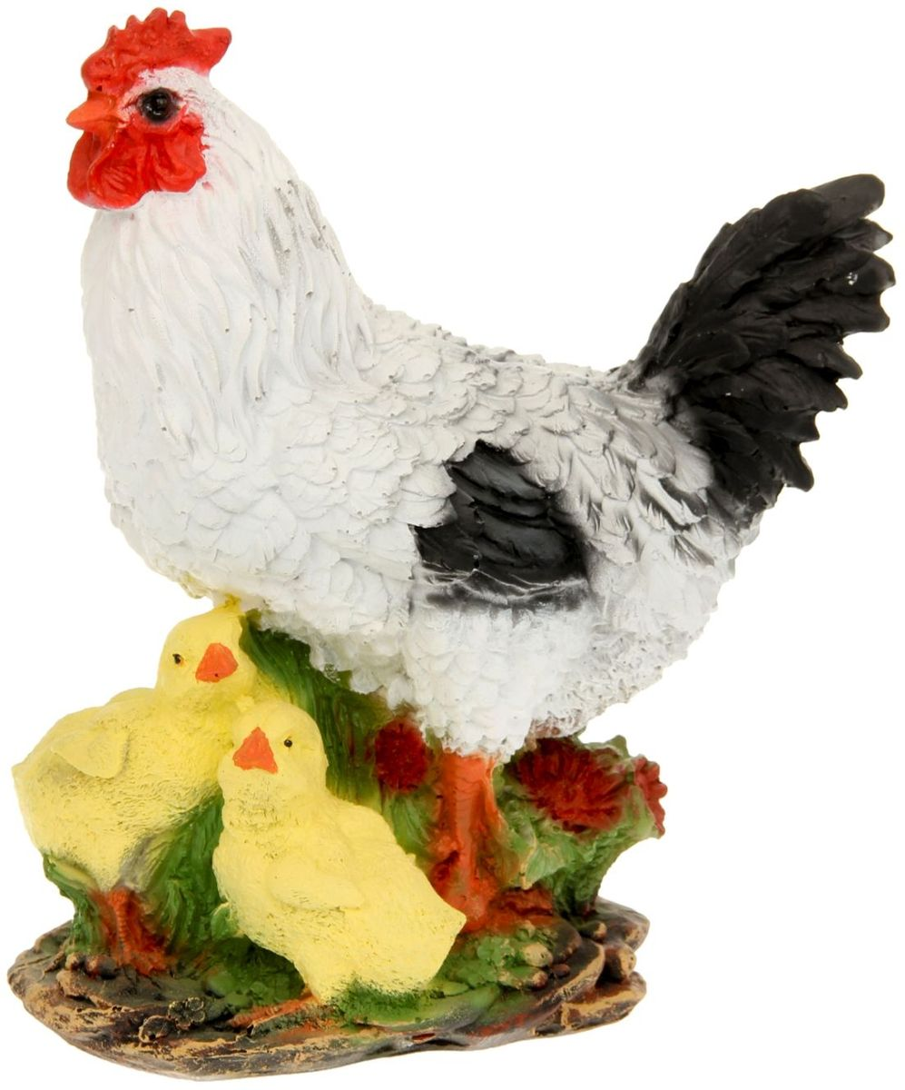 Фигура садовая Белая курица с цыплятами, 17 х 25 х 28 см1126900Фигура домашней птицы придаст окружающему пространству ощущение широты и живости. Проявите себя в роли ландшафтного дизайнера. Расставляйте акценты с помощью садового декора: например, чтобы привлечь внимание к клумбе, поставьте фигуру рядом с ней. Садовая фигура из полистоуна (искусственного камня) — оптимальное решение для уличных условий. Этот материал не выцветает на солнце, даже если находится под воздействием ультрафиолета круглый год. Искусственный камень имеет низкую пористость, поэтому ему не страшна влага и на нём не появятся трещины. Садовая фигура будет хранить красоту сада долгие годы.