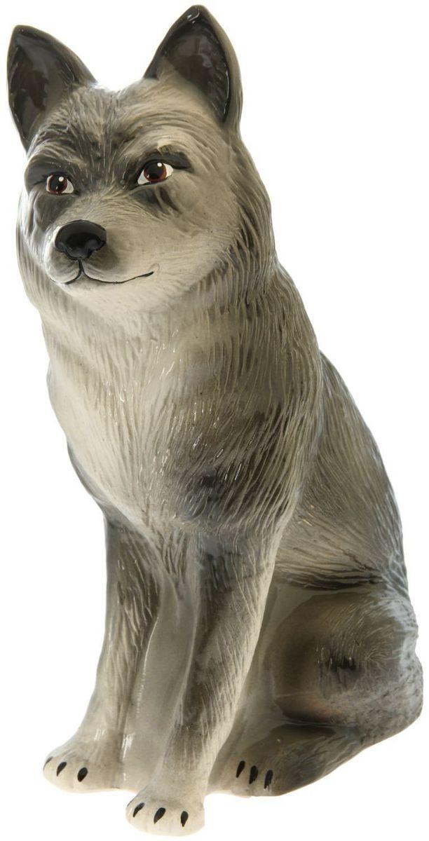 Фигура садовая Керамика ручной работы Сидящий волк, цвет: белый, серый, 16 х 26 х 40 см531-105Создайте настроение в любимом саду — украсьте его оригинальным декором. Очаровательные зверушки разнообразят ландшафт. Гармоничнее всего садовые фигуры будут смотреться в местах природного обитания животных: например, белочки — вблизи деревьев, а лягушки — у водоёмов. Сделайте свой сад неповторимым. Разрабатывайте собственный дизайн и расставляйте акценты. Хотите привлечь внимание к клумбе? Поставьте садовую фигуру рядом с ней. А расположенная прямо у калитки, она будет приятно удивлять гостей. Садовая фигура из керамики легко выдержит уличные условия. Этот материал экологичен, ему не страшны ни солнечные лучи, ни влажность, ни перепады температуры.