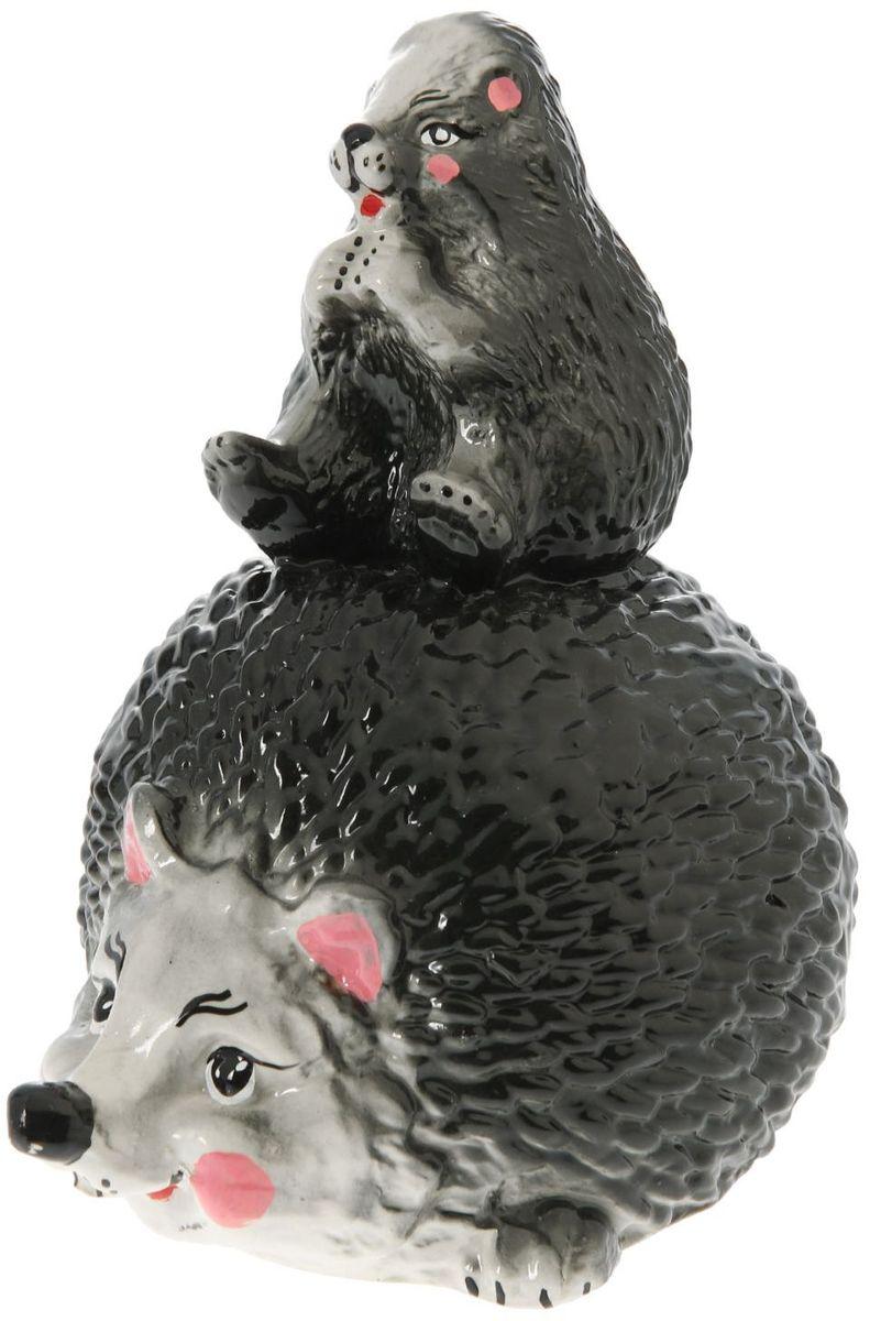 Фигура садовая Керамика ручной работы Еж с ежатами, 19 х 15 х 27 смC0042411Фигурка ёжика придаст саду очарование. Этот зверёк символизирует запасливость, поэтому поможет вырастить и сохранить богатый урожай. Такой садовый декор выгоднее всего будет смотреться в траве или под деревьями — в природных местах обитания ежей. Фигура создаст солнечное настроение даже в пасмурный день и подарит саду индивидуальность. Дополните окружающее пространство оригинальной деталью? Садовая фигура из керамики легко выдержит уличные условия. Этот материал экологичен, ему не страшны ни солнечные лучи, ни влажность, ни перепады температуры.