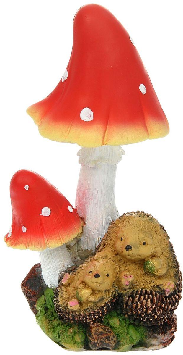 Фигура садовая Ежи под грибами, 15 х 16 х 31 см1025761Фигурка ёжика придаст саду очарование. Этот зверёк символизирует запасливость, поэтому поможет вырастить и сохранить богатый урожай. Такой садовый декор выгоднее всего будет смотреться в траве или под деревьями — в природных местах обитания ежей. Фигура создаст солнечное настроение даже в пасмурный день и подарит саду индивидуальность. Дополните окружающее пространство оригинальной деталью. Садовая фигура из полистоуна (искусственного камня) — оптимальное решение для уличных условий. Этот материал не выцветает на солнце, даже если находится под воздействием ультрафиолета круглый год. Искусственный камень имеет низкую пористость, поэтому ему не страшна влага и на нём не появятся трещины. Садовая фигура Ежи под грибами будет хранить красоту сада долгие годы.