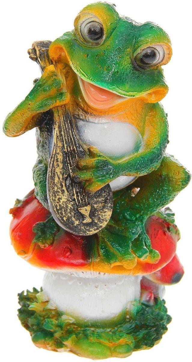 Фигура садовая Лягушка с домрой, 13 х 14 х 26 см96281496Забавные лягушки добавят новые краски в ландшафт сада. Красочная? Садовая фигура легко расставит нужные акценты: приманит взор к водоёму или привлечёт внимание к цветочной клумбе. Гармоничнее всего лягушата сморятся в местах своего природного обитания: располагайте их рядом с водой или в траве? Садовая фигура из полистоуна (искусственного камня) — оптимальное решение для уличных условий. Этот материал не выцветает на солнце, даже если находится под воздействием ультрафиолета круглый год. Искусственный камень имеет низкую пористость, поэтому ему не страшна влага и на нём не появятся трещины? Садовая фигура будет хранить красоту сада долгие годы.