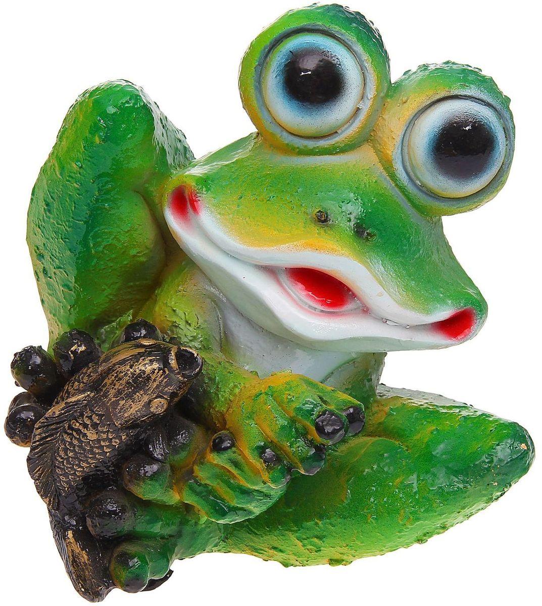 Фигура садовая Лягушонок с рыбкой, 23 х 23 х 25 см531-105Забавные лягушки добавят новые краски в ландшафт сада. Красочная? Садовая фигура легко расставит нужные акценты: приманит взор к водоёму или привлечёт внимание к цветочной клумбе. Гармоничнее всего лягушата сморятся в местах своего природного обитания: располагайте их рядом с водой или в траве? Садовая фигура из полистоуна (искусственного камня) — оптимальное решение для уличных условий. Этот материал не выцветает на солнце, даже если находится под воздействием ультрафиолета круглый год. Искусственный камень имеет низкую пористость, поэтому ему не страшна влага и на нём не появятся трещины? Садовая фигура будет хранить красоту сада долгие годы.