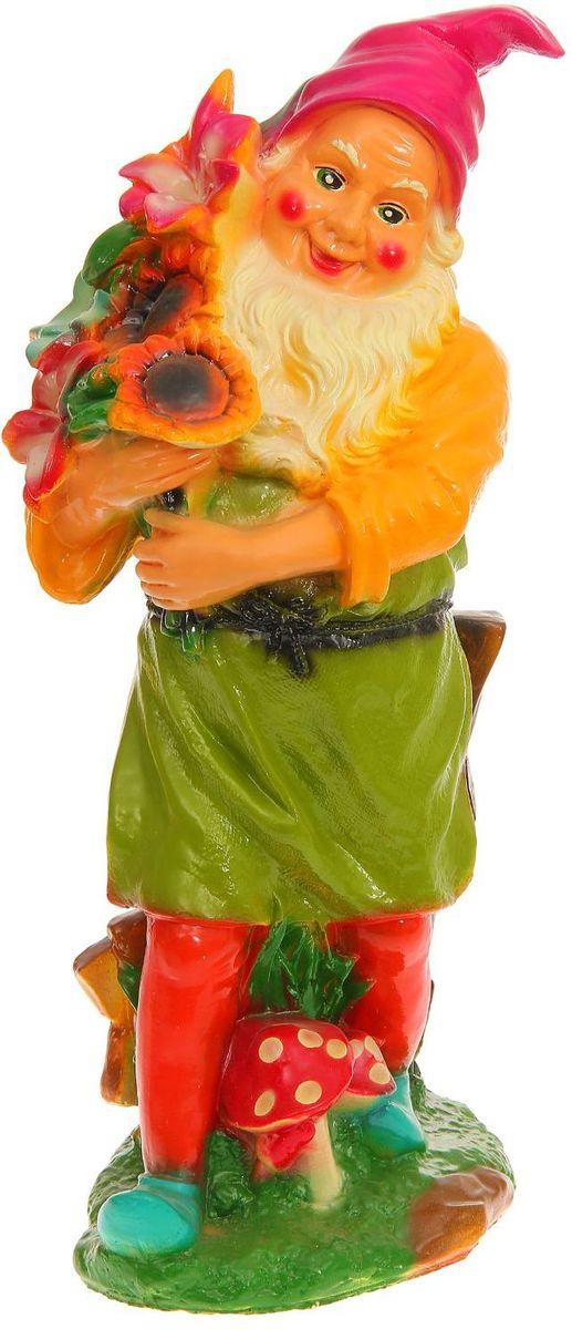 Фигура садовая Гном-садовник с цветами в красных штанах, 20 х 34 х 90 см531-402Яркая забавная фигура Гном-садовник с цветами в красных штанах оживит пространство сада или огорода. Гномов лучше располагать рядом с зеленью. Садовая фигура из гипса прекрасно подходит для уличных условий. Этому экологичному материалу не страшны ни влага, ни ультрафиолет, ни перепады температуры.
