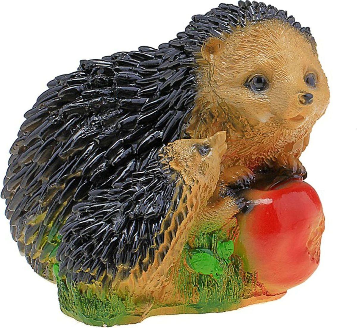 Фигура садовая Ежи с красным яблоком, 19 х 14 х 14 см746136Ёжики придадут саду уюта и очарования. Эти зверьки символизируют запасливость, поэтому непременно помогут вырастить и сохранить богатый урожай. Такой декор выгоднее всего смотрится в траве или под деревьями — в природных местах обитания животных. #name# создаст солнечное настроение даже в пасмурный день и сделает дачный участок оригинальным. Дополните окружающее пространство необычной деталью.