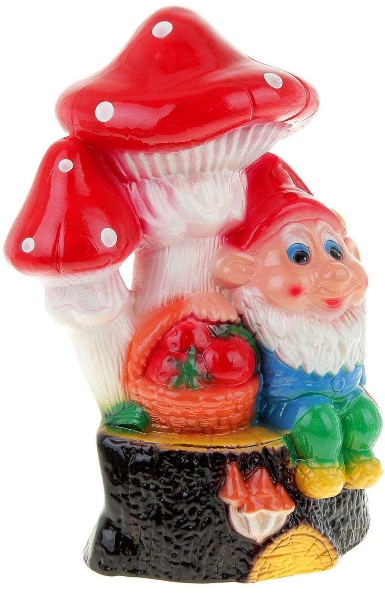 Фигура садовая Керамика ручной работы Гном с грибами и корзинкой, 18 х 23 х 40 см531-105Фигура садовая Керамика ручной работы Гном с грибами и корзинкой выполнена из керамики. Внешняя поверхность покрыта глазурью. Яркая забавная фигура оживит пространство сада или огорода. Гномов лучше располагать рядом с зеленью. Эффектно смотрится семейка или компания из нескольких фигур, особенно если подсветить такую композицию садовыми фонариками. Гномики будут охранять урожай и приносить удачу. Удивите гостей и порадуйте близких — поселите у себя в саду весёлого жильца. Садовая фигура из керамики прекрасно подходит для уличных условий. Этому экологичному материалу не страшны ни влага, ни ультрафиолет, ни перепады температуры.