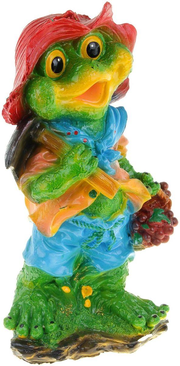 Фигура садовая Лягушка с фруктами, 20 х 28 х 63 см1123928Яркая забавная фигура Лягушка с фруктами оживит пространство сада или огорода. Садовая фигура расставит нужные акценты: приманит взор к водоёму или привлечёт внимание к цветочной клумбе. Гармоничнее всего лягушки сморятся в местах своего природного обитания: располагайте их рядом с водой или в траве. Фигура из гипса экологичная, лёгкая и долговечная. Она сделает любимый сад неповторимым.