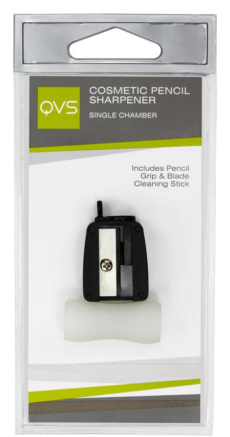 QVS Точилка для косметических карандашей с держателем карандашей1301210Точилка для косметических карандашей, одинарная. Подходит для большинства тонких косметических карандашей. Правильно подобранные высококачественные аксессуары играют важную роль при нанесении макияжа: они существенно облегчают и позволяют максимально контролировать каждый этап нанесения косметических средств для создания безупречного образа.Наша точилка для косметических карандашей является незаменимым аксессуаром, который должен быть в каждой косметичке. Лезвия точилки изготовлены из высококачественной углеродистой стали, что позволяет мягко и ровно заострять кончик карандаша, не ломая его.