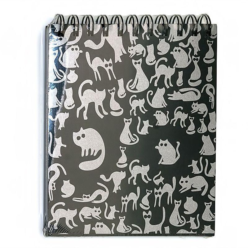 Лилия Холдинг Блокнот Ночные коты 40 листов72523WDБлокнот Лилия Холдинг Ночные коты имеет особенность дизайна, в середине блока проложен переплетный картон. Это позволяет его использовать с двух сторон - в горизонтальном или вертикальном положении. Прекрасно подходит для рисования карандашом, рапидографом, аэрографом, маркером, флуоресцентной или белой гелевой ручкой. Состоит из 40 листов черной тонированной офсетной бумаги плотностью 160 г/м2.