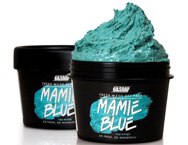 B&Soap Увлажняющая маска Mamie Blue, 130 грFS-00897Обогащенная витаминами и минералами морская вода в составе увлажняющей маски интенсивно увлажняет кожу лица и улучшает ее цвет. Маска отлично очищает загрязненные поры, улучшая состояние проблемной кожи, нормализует выработку кожного сала и тонизирует кожу. Экстракт красных бобов удаляет омертвевшие клетки кожи, экстракт мяты перечной освежает, экстракт примулы повышает эластичность, экстракт прополиса оказывает противовоспалительное и восстанавливающее действие.