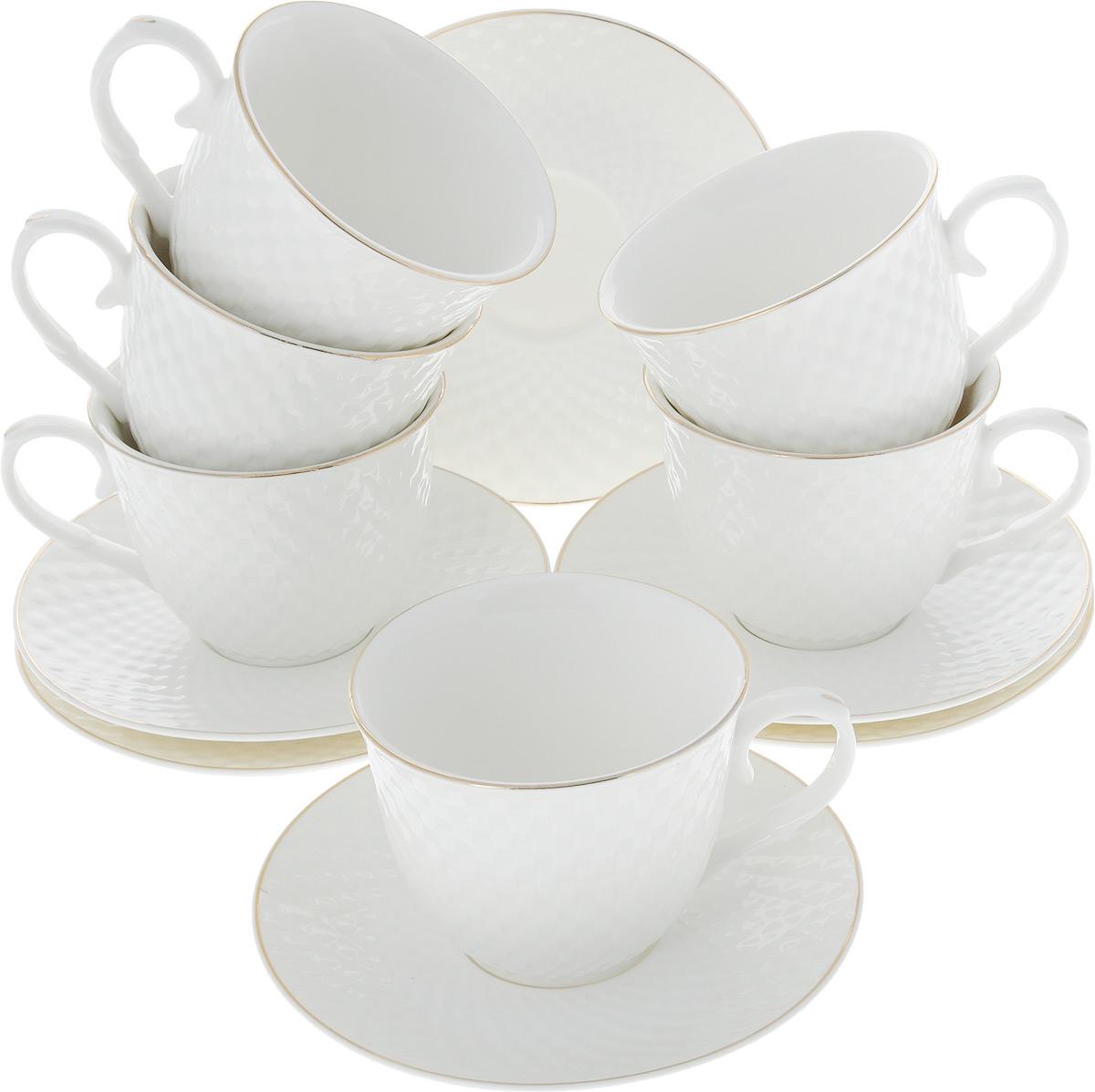 Сервиз чайный Loraine, 12 предметов. 26507115510Чайный сервиз Loraine на 6 персон выполнен из высококачественного костяного фарфора - материала, безопасного для здоровья и надолго сохраняющего тепло напитка. В наборе 6 чашек и 6 блюдец. Несмотря на свою внешнюю хрупкость, каждый из предметов набора обладает высокой прочностью и надежностью. Изделия украшены тонкой золотой каймой, внешние стенки дополнены изысканным рельефным орнаментом. Такой чайный набор станет украшением стола, а процесс чаепития превратится в одно удовольствие!Набор упакован в подарочную коробку, поэтому его можно преподнести в качестве оригинального и практичного подарка для родных и близких. Объем чашки: 200 мл. Диаметр чашки (по верхнему краю): 8,5 см. Высота чашки: 7 см. Диаметр блюдца: 13,5 см.