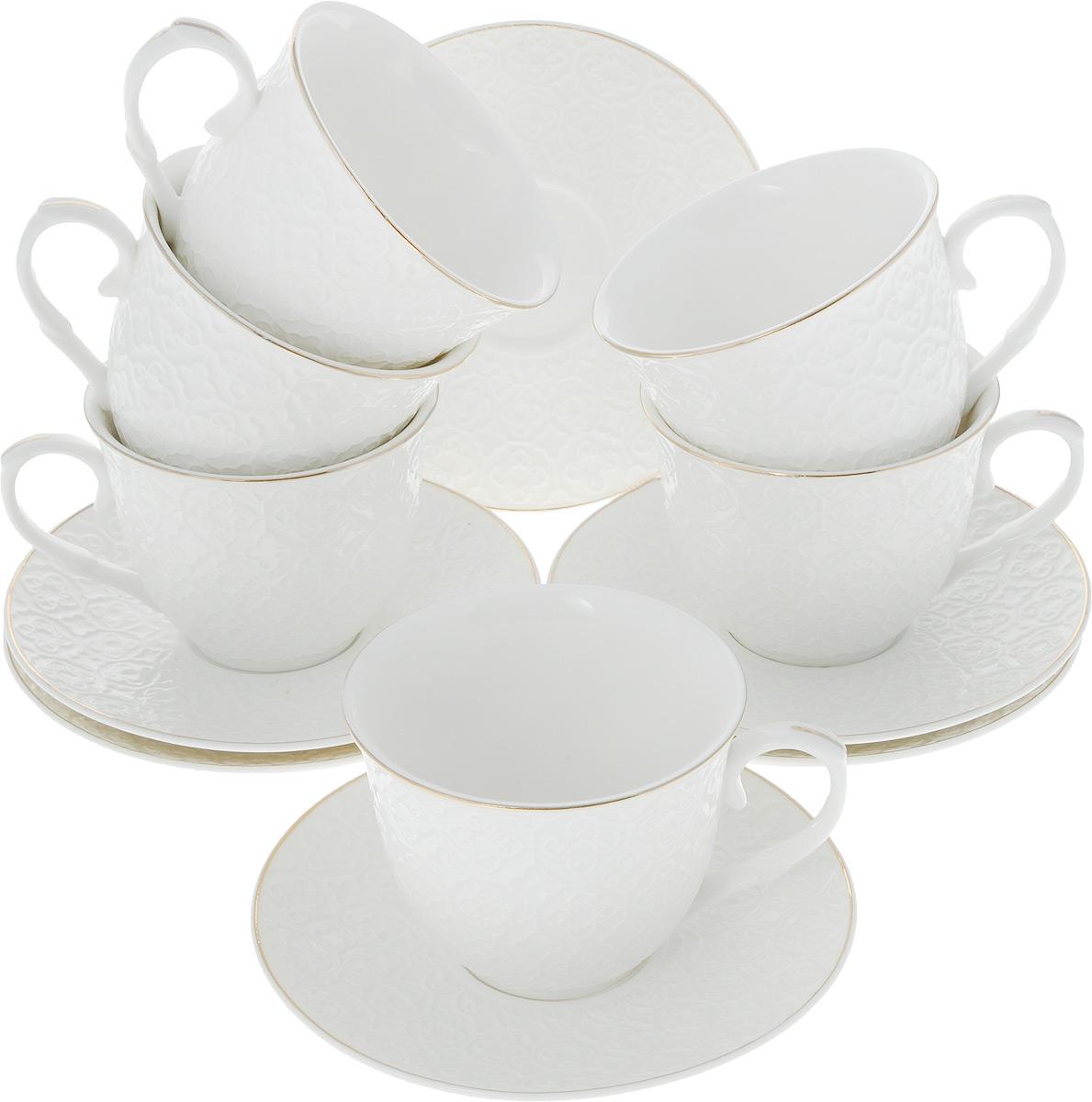 Сервиз чайный Loraine, 12 предметов. 2650426554Чайный сервиз Loraine на 6 персон выполнен из высококачественного костяного фарфора - материала, безопасного для здоровья и надолго сохраняющего тепло напитка. В наборе 6 чашек и 6 блюдец. Несмотря на свою внешнюю хрупкость, каждый из предметов набора обладает высокой прочностью и надежностью. Изделия украшены тонкой золотой каймой, внешние стенки дополнены изысканным рельефным орнаментом. Такой чайный набор станет украшением стола, а процесс чаепития превратится в одно удовольствие!Набор упакован в подарочную коробку, поэтому его можно преподнести в качестве оригинального и практичного подарка для родных и близких. Объем чашки: 200 мл. Диаметр чашки (по верхнему краю): 8,5 см. Высота чашки: 7 см. Диаметр блюдца: 13,5 см.