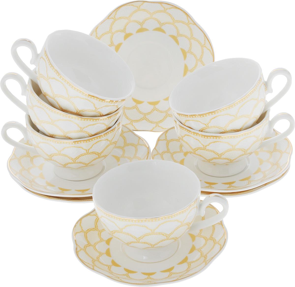 Кофейный сервиз Loraine, 110 мл, цвет: белый, золотой. 26440-1811259Кофейный сервиз Loraine на 6 персон выполнен из высококачественного костяного фарфора - материала, безопасного для здоровья и надолго сохраняющего тепло напитка. В наборе 6 чашек и 6 блюдец. Несмотря на свою внешнюю хрупкость, каждый из предметов набора обладает высокой прочностью и надежностью. Изделия украшены тонкой золотой каймой, внешние стенки дополнены красивым рельефным рисунком. Элегантный классический дизайн сделает этот набор изысканным украшением любого стола. Набор упакован в подарочную коробку, поэтому его можно преподнести в качестве оригинального и практичного подарка для родных и близких. Объем чашки: 110 мл. Диаметр чашки (по верхнему краю): 7,5 см. Высота чашки: 5 см. Диаметр блюдца: 11,5 см.